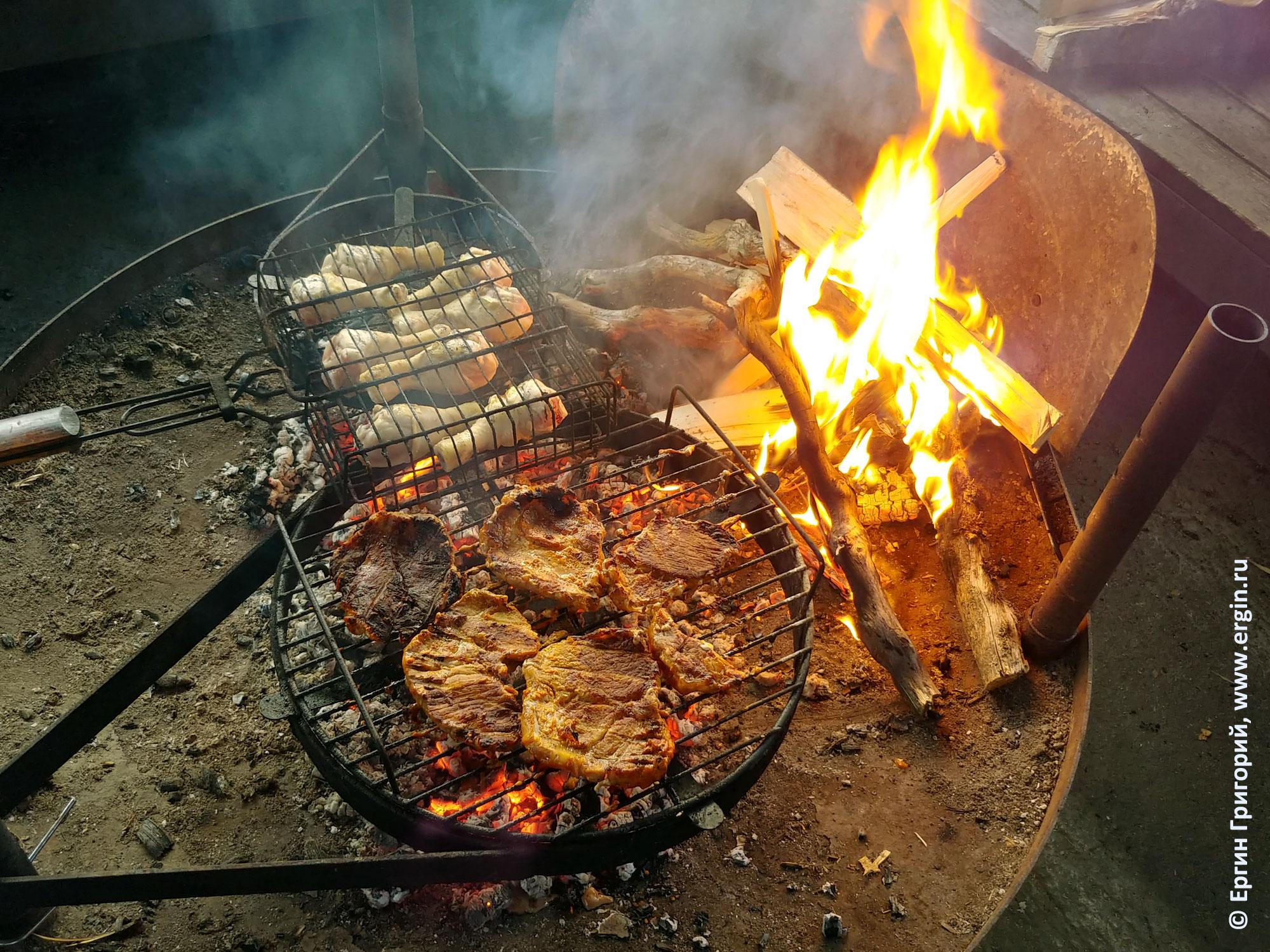 Мясо готовится на костре в Нейтикоски Лиекса