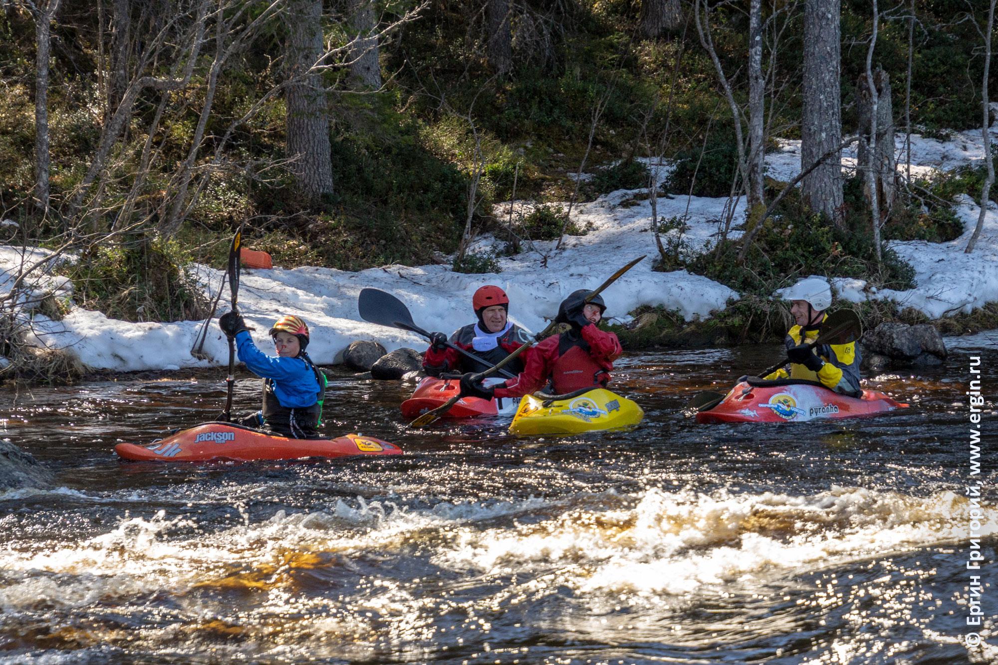 Каякеры весной снег по берегам реки
