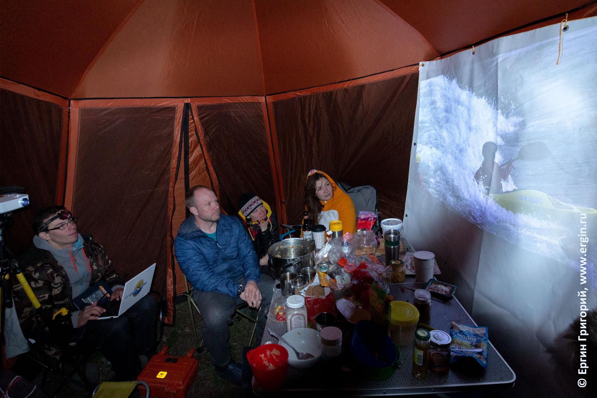 Просмотр видео с тренировок по фристайлу на бурной воде на каяках в шатре у реки Изар