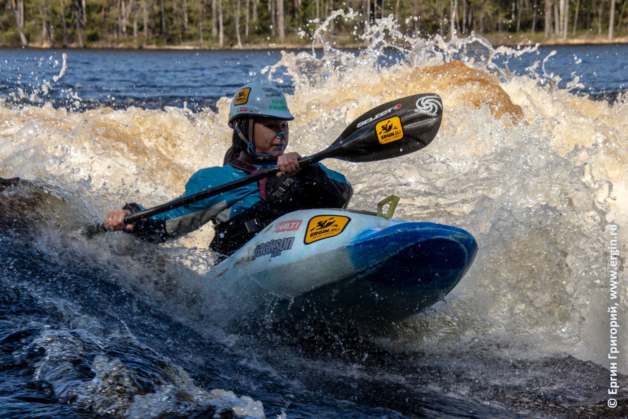 Каякер серфит на волне Нейтикоски в Финляндии