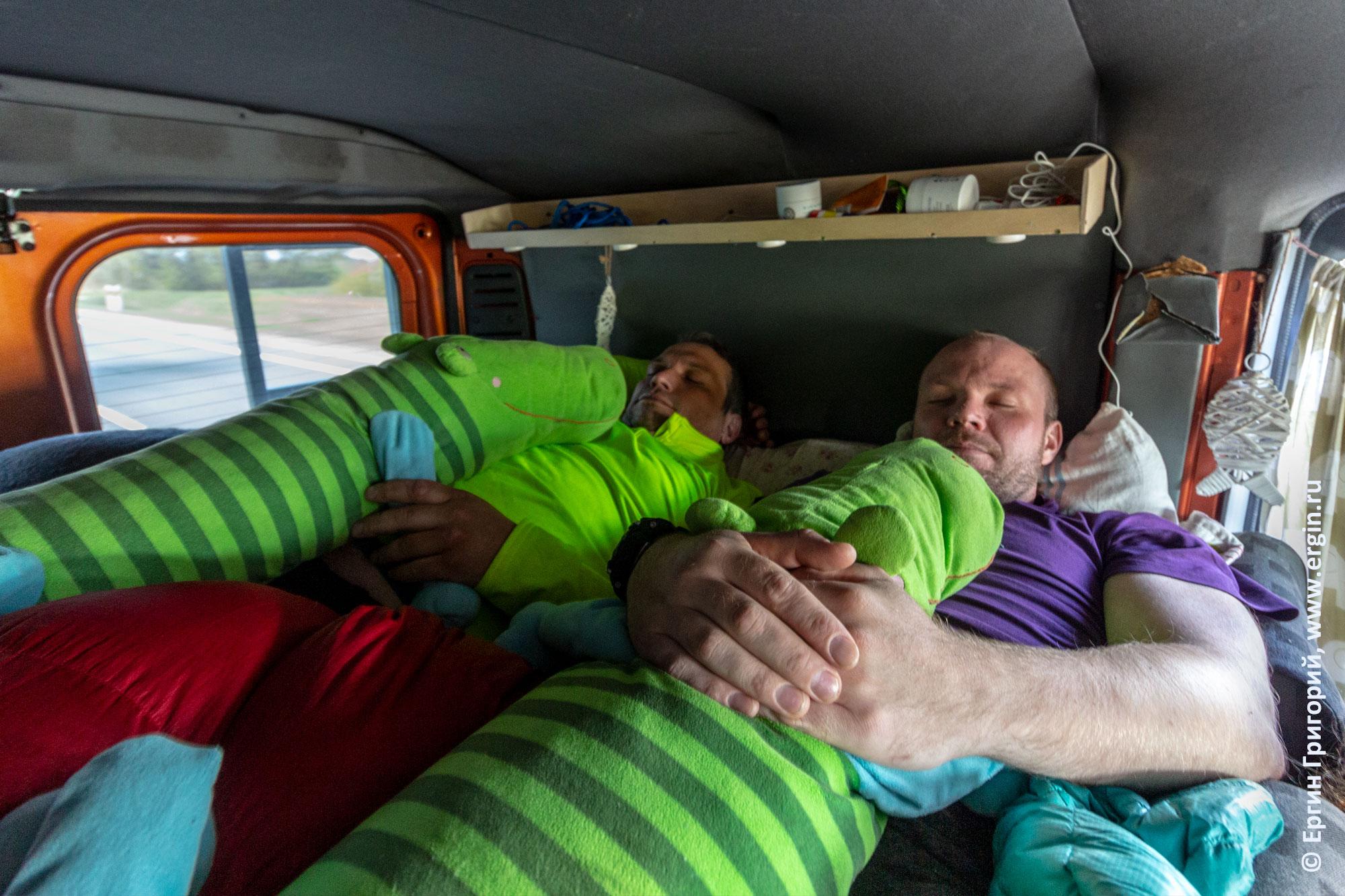 Каякеры спят в родеобасе автобусе