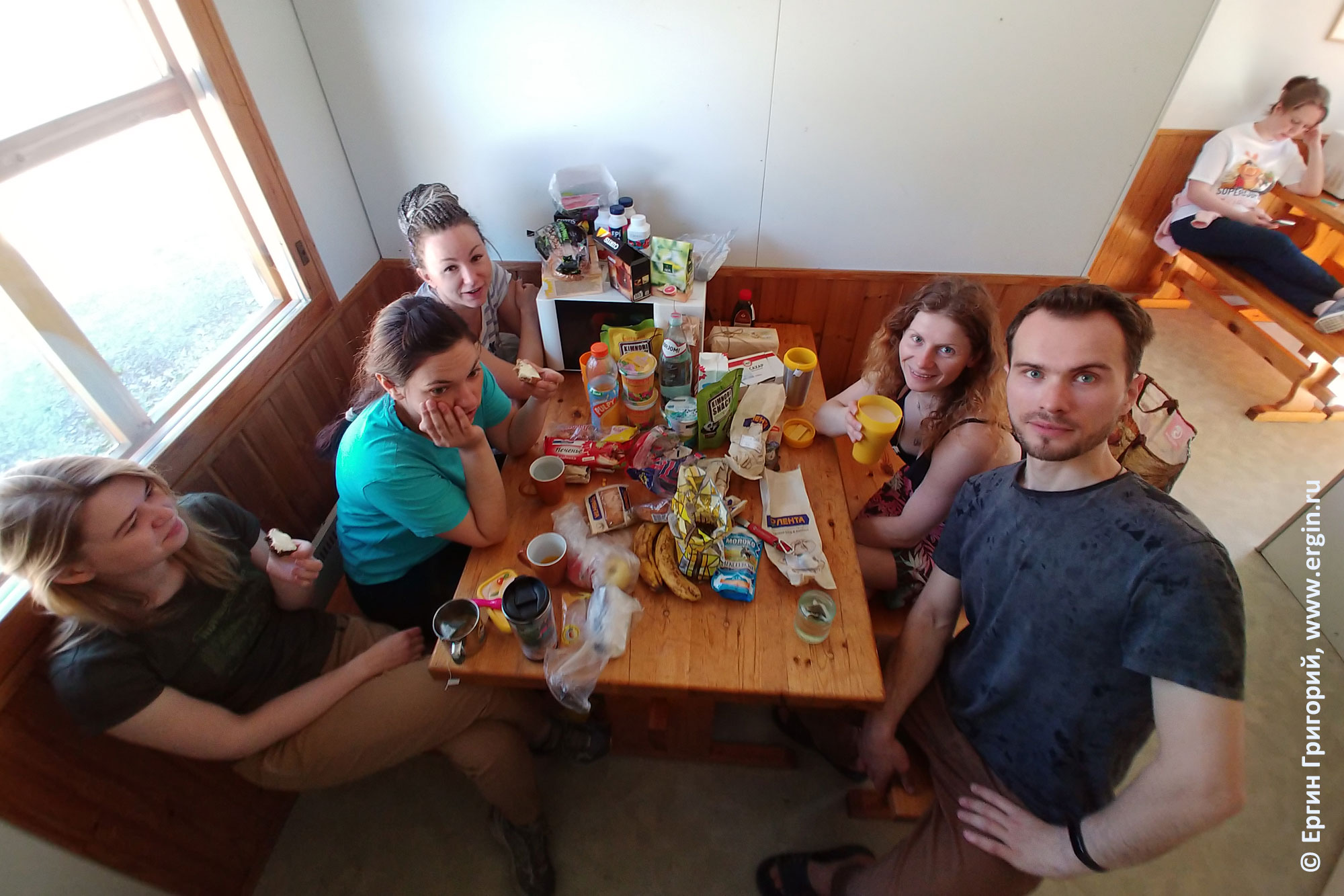 Каякеры за столом в Лиексе кемпинг Нейтикоски
