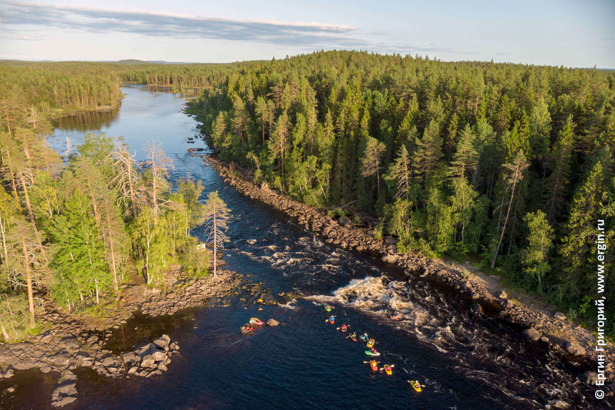 Каякеры на пороге Нейтикоски заповедник Руунаа недалеко от Лиексы в Финляндии