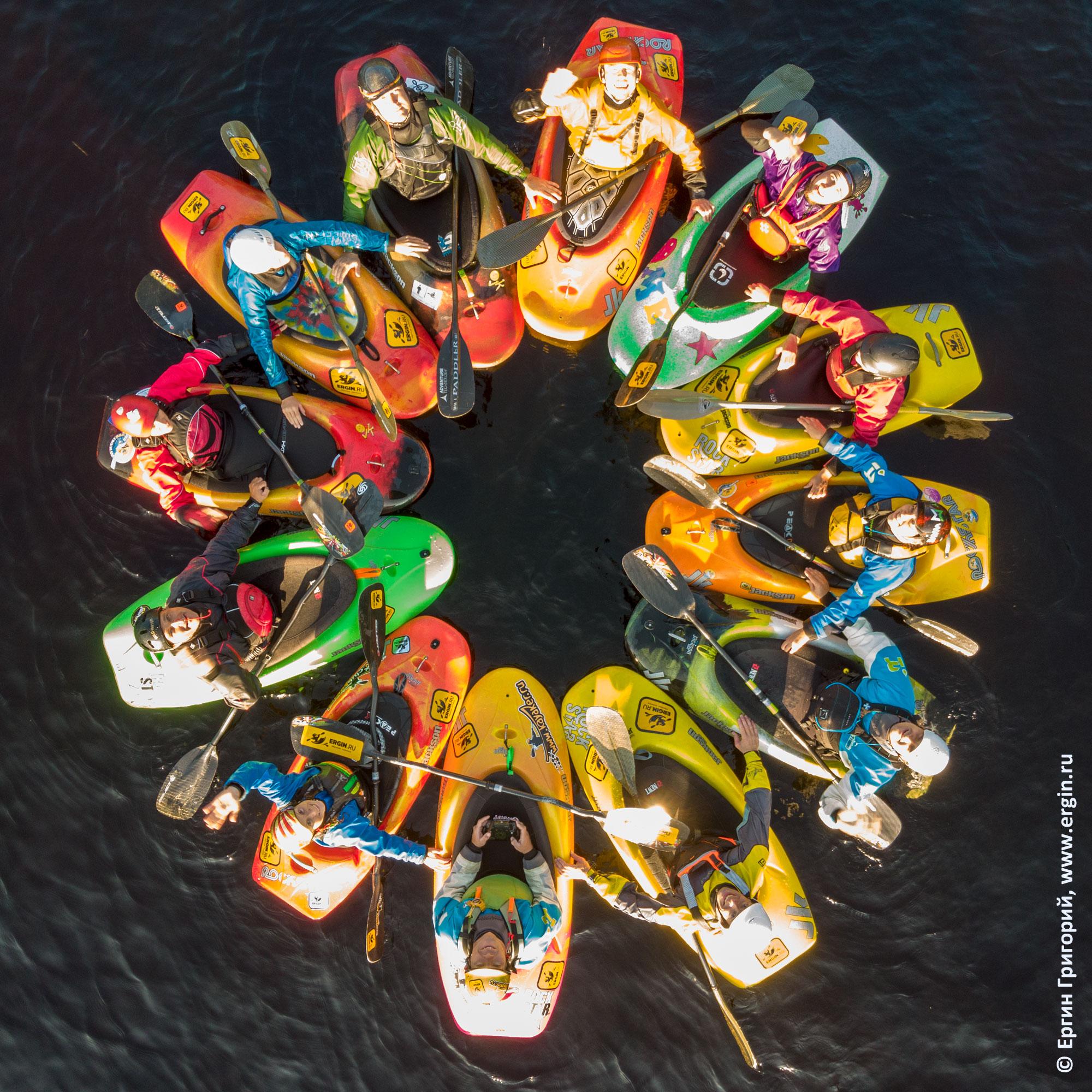 Каякеры-фристайлеры стоят цветочком фото с квадрокоптера