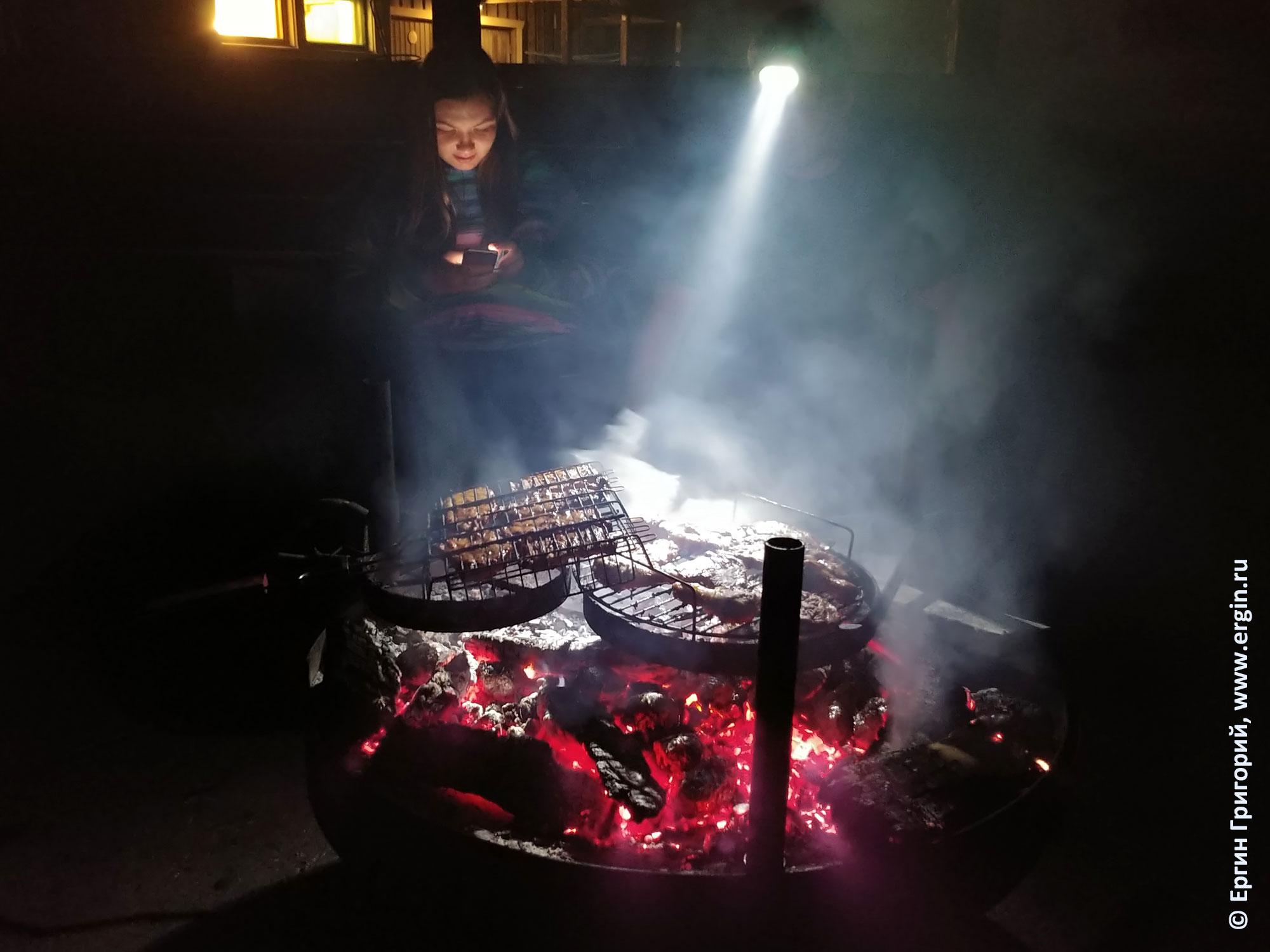 Костер вечером после каякерских тренировок жарится мясо