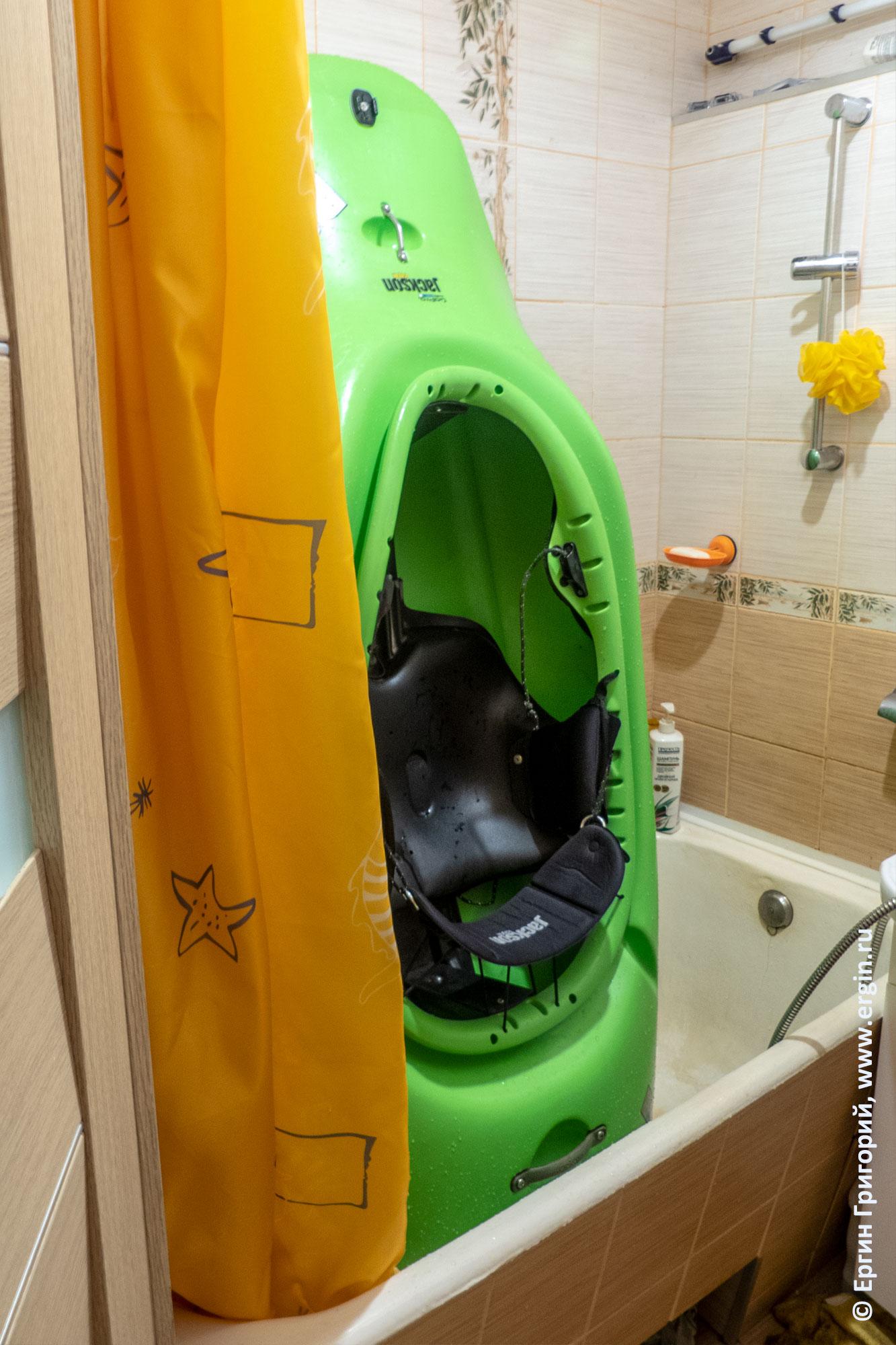 Каяк моется в ванной перед бассейном