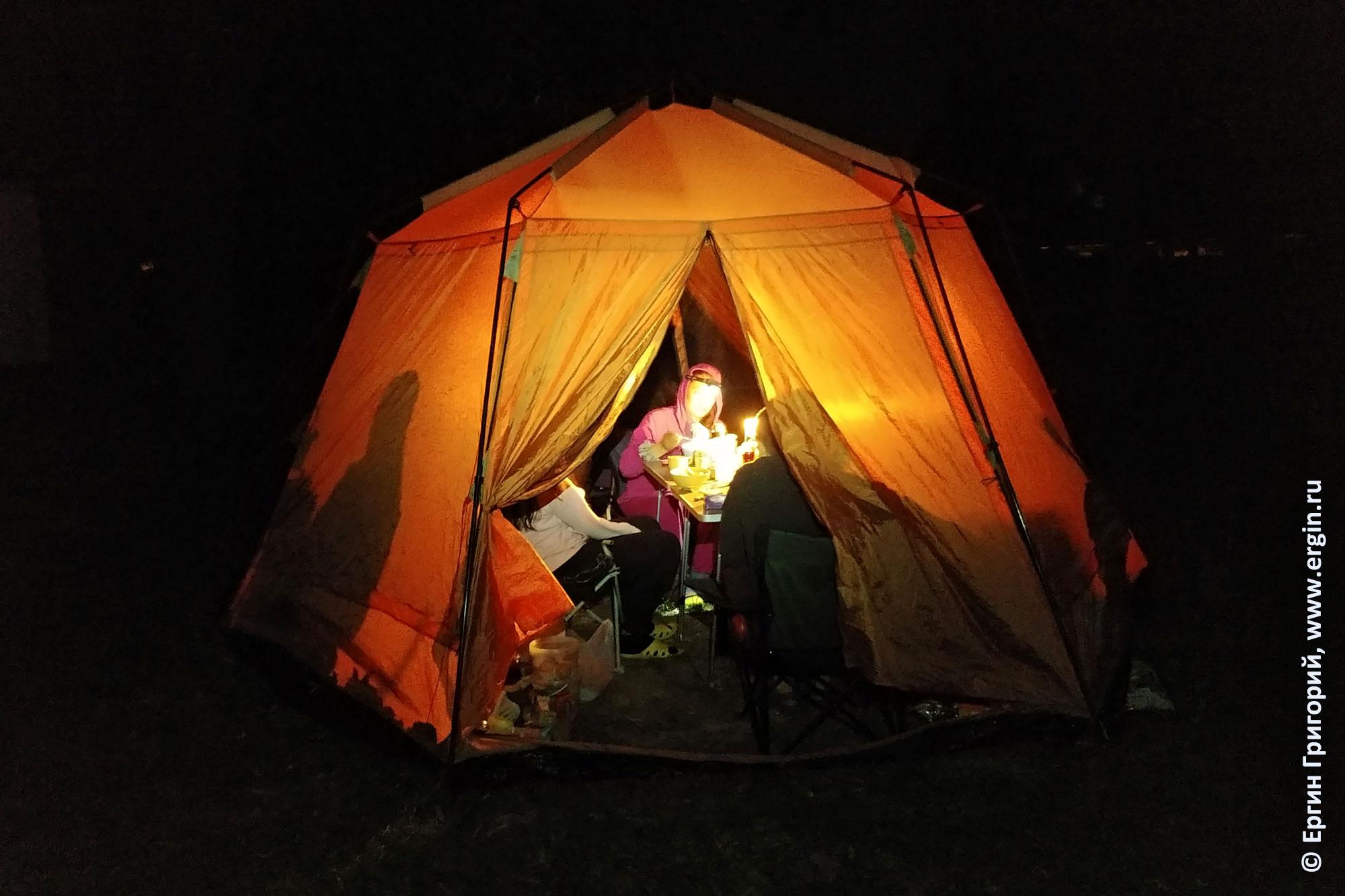 Шатер каякеров ночью при свете свечей