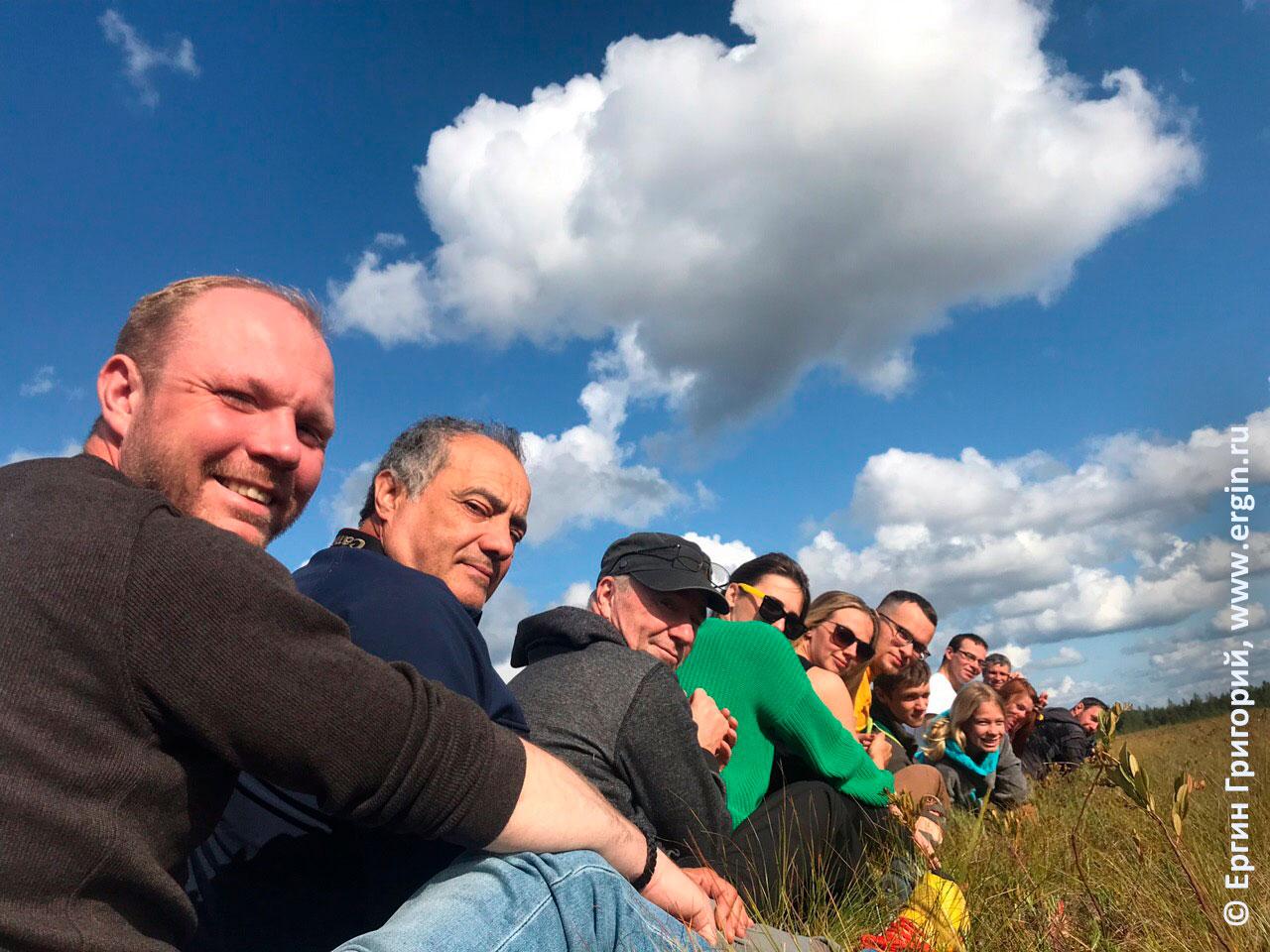 Участники родео-сборов в Лиексе на дорожке на болоте