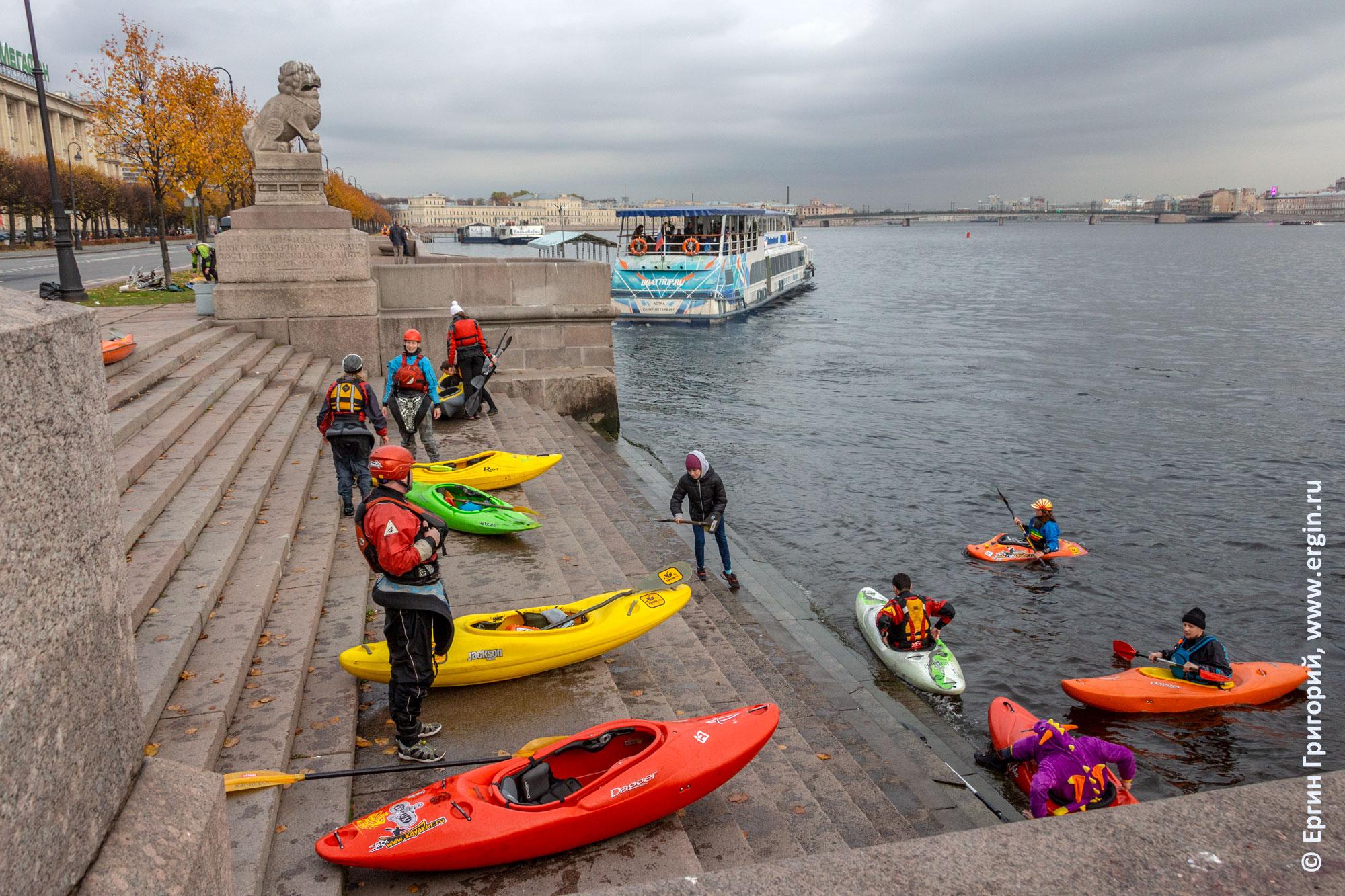 Завершение водной прогулки на каяках на Петровской набережной в Санкт-Петербурге