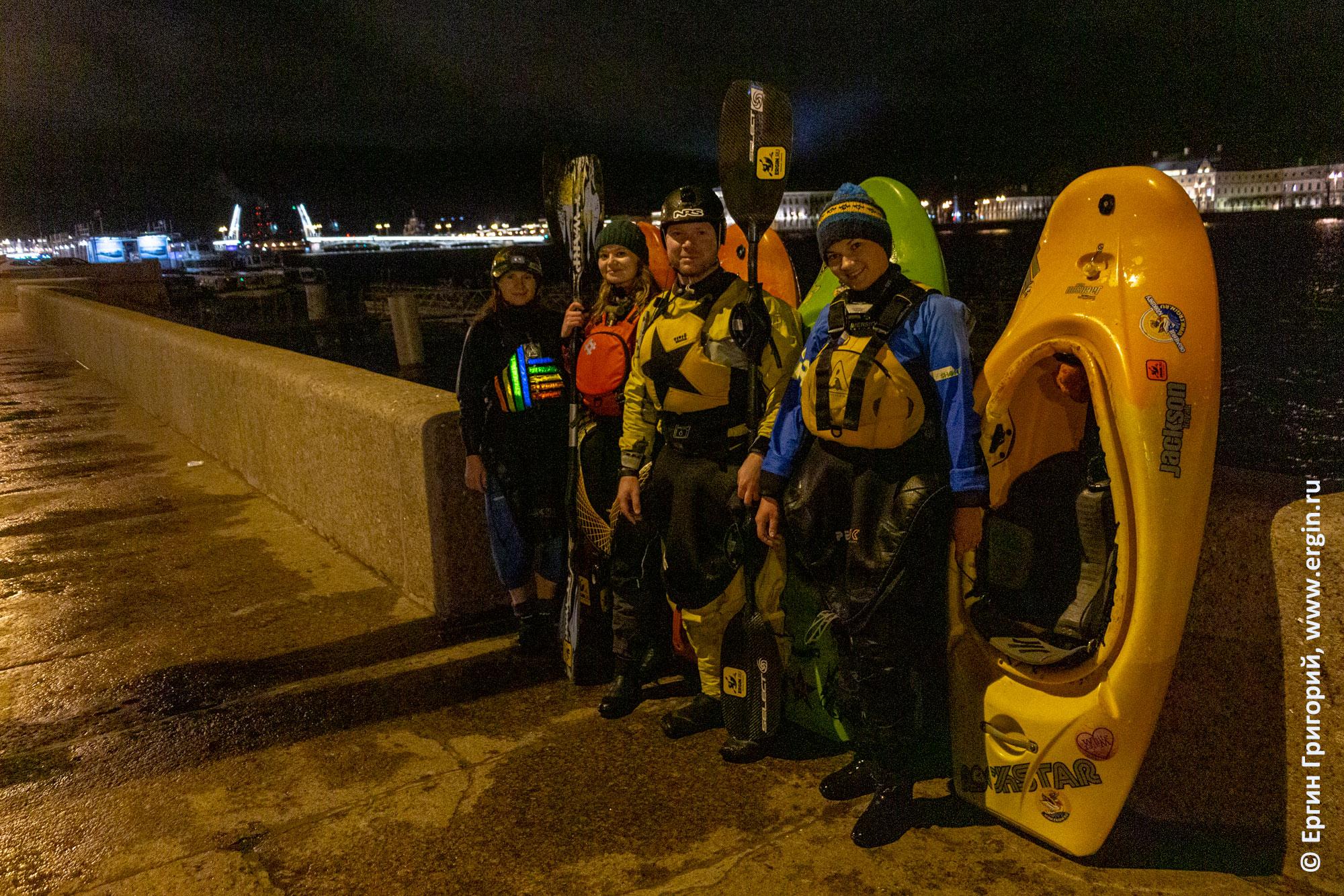 Финиш ночной водной прогулки по Санкт-Петербургу с разведенными мостами на каяках