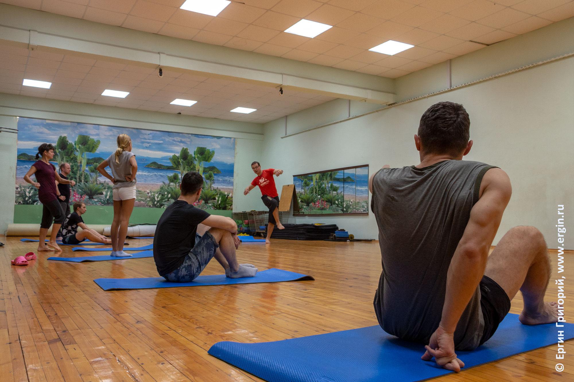 Занятия по фристайл-каякингу на суше в спортзале