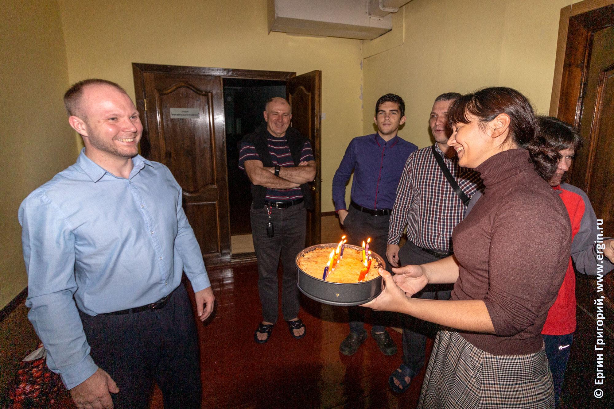 Каякеры отмечают День Рождения друга после тренировки