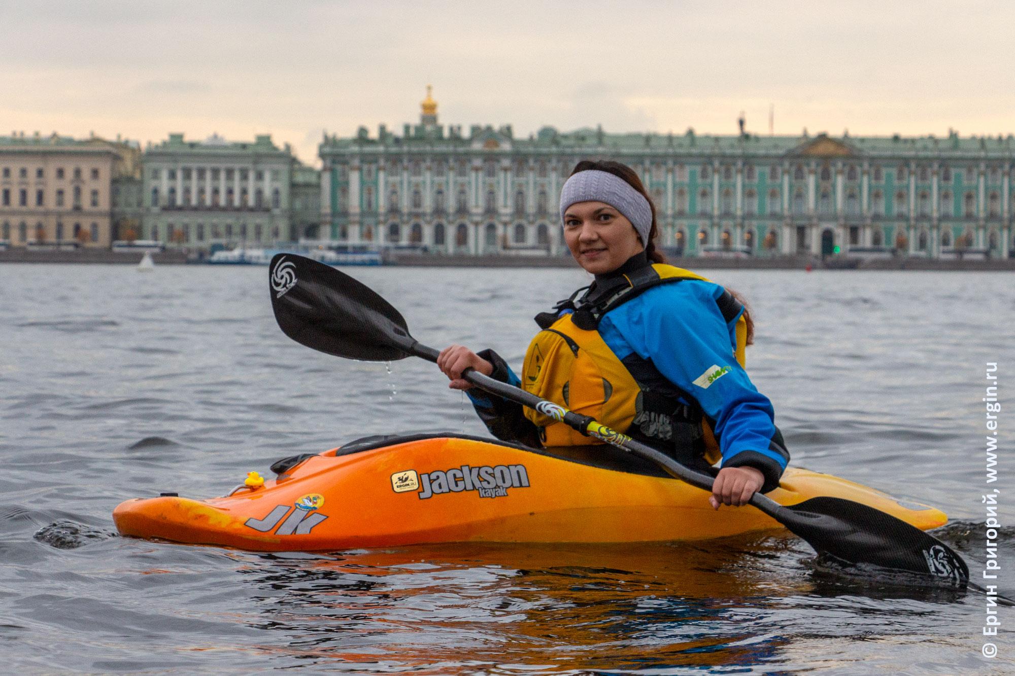 Каякер на Неве на фоне Эрмитажа в Санкт-Петербурге