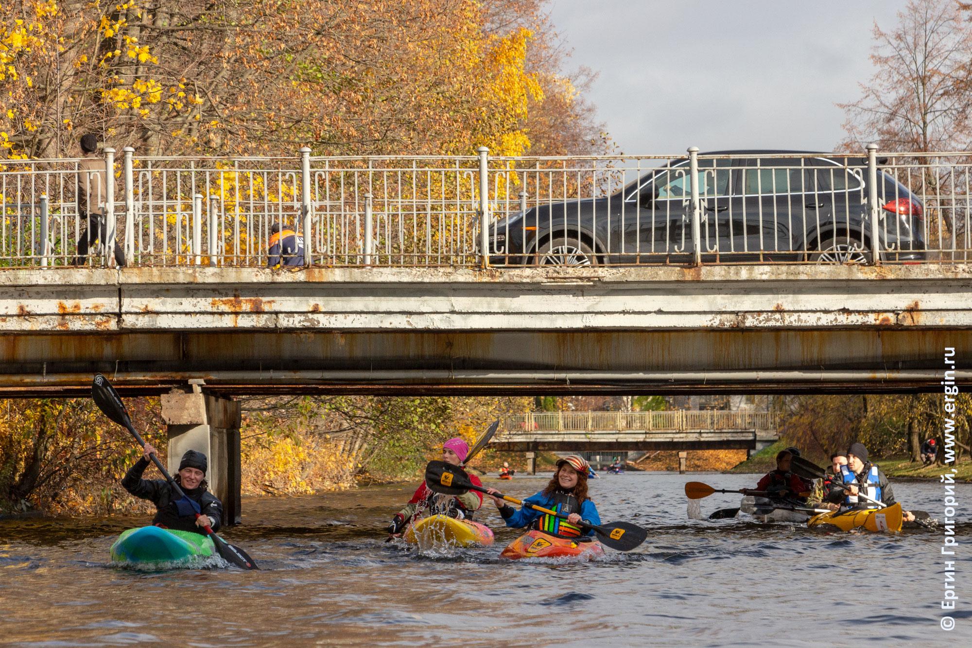 Под мостом на каяках осень в Санкт-Петербурге