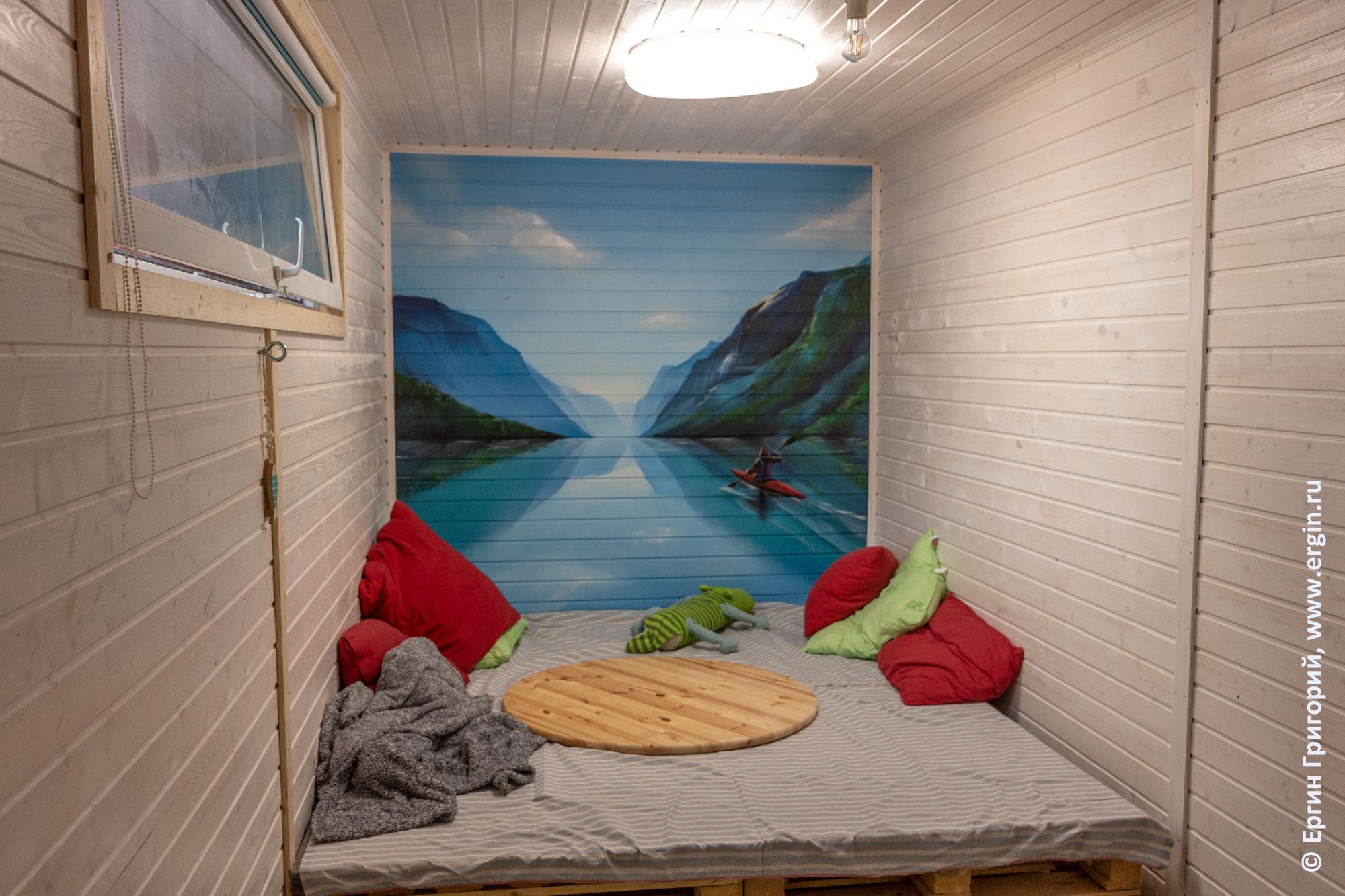Внутри каяк-базы Санкт-Петербургского яхт-клуба - жилое помещение с граффити