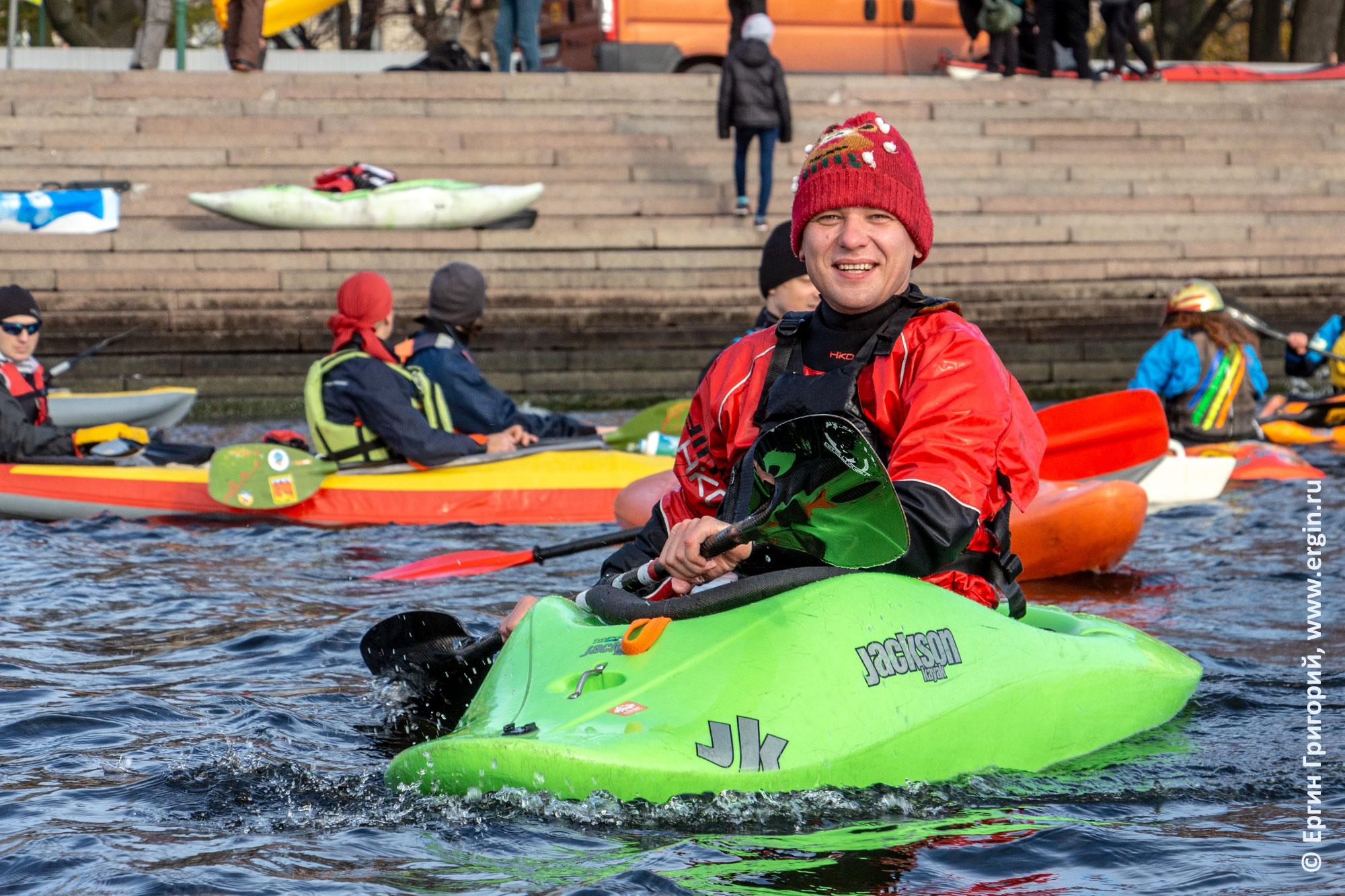 В водной прогулке на каяках по Санкт-Петербургу участвует каякер из Москвы