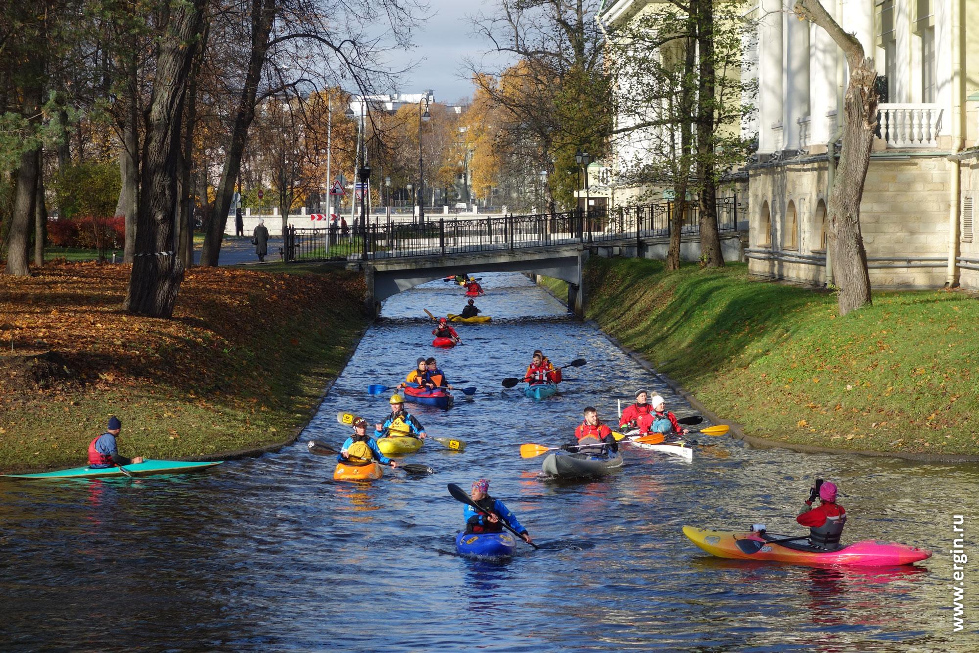 Каяки выходят из-под моста на Каменном острове Санкт-Петербург