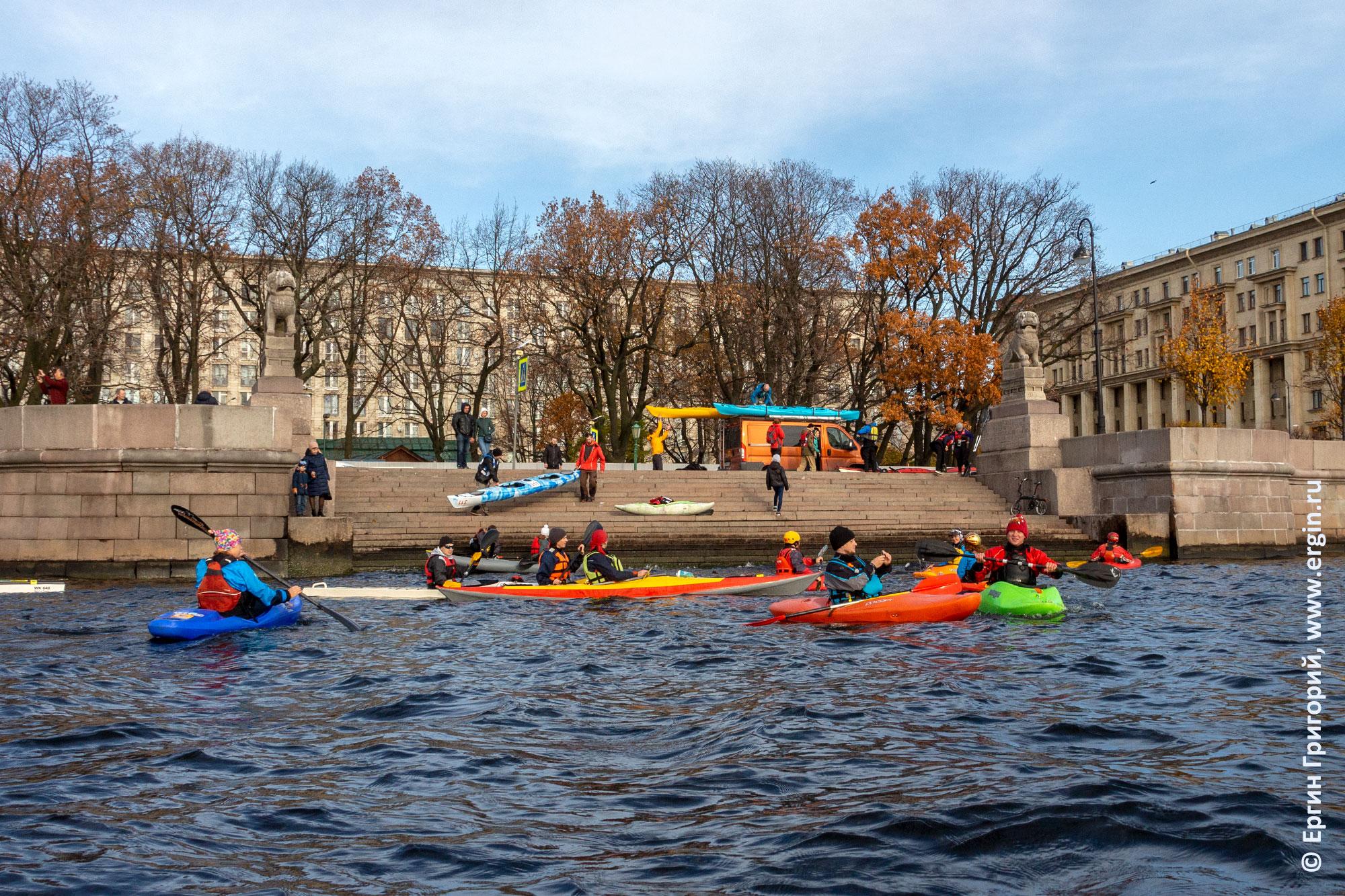 Каяки на Петровской набережной в Санкт-Петербурге