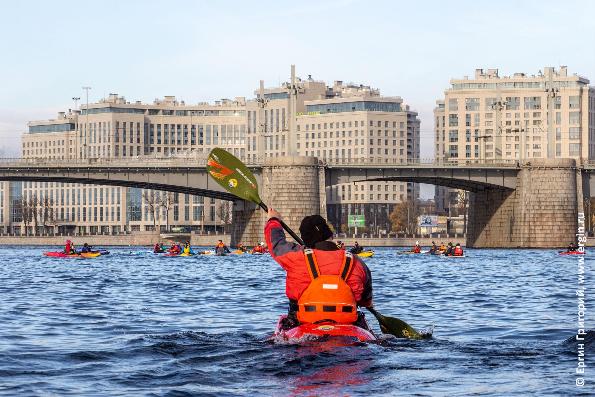 Каяк для фристайла на бурной воде отстает от морских каяков на ровной воде Невы в Питере