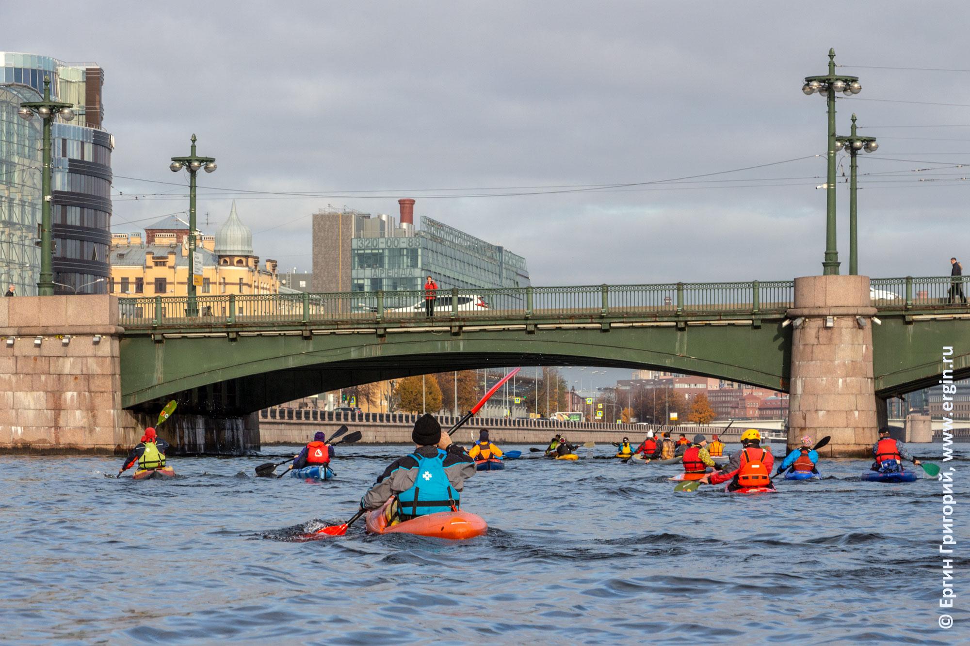 Каякеры под Сампсониевским мостом в Питере