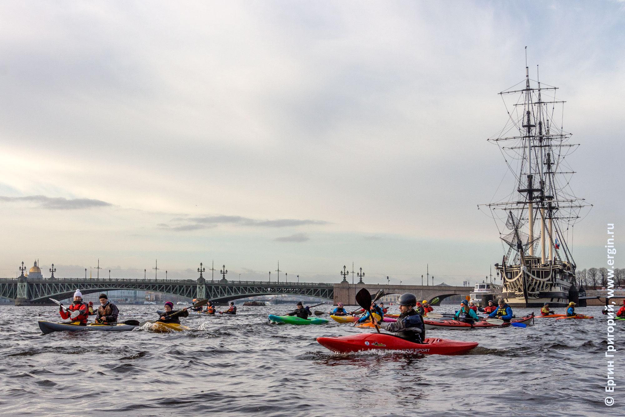 Каяки на реке Неве в Санкт-Петербурге