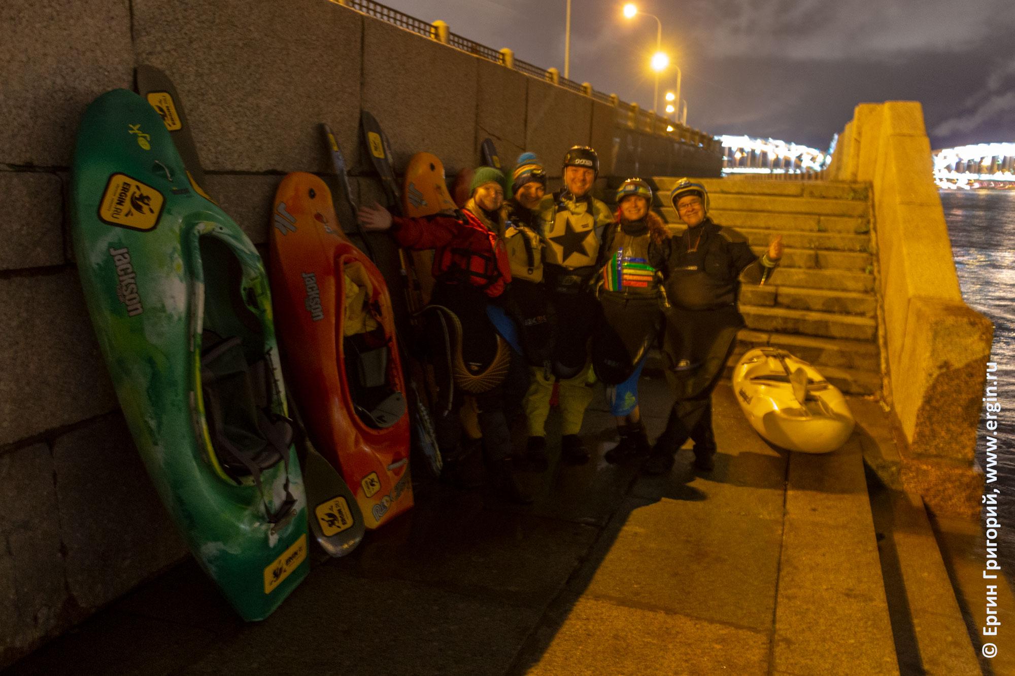 Каякеры с каяками на набережной в Санкт-Петербурге
