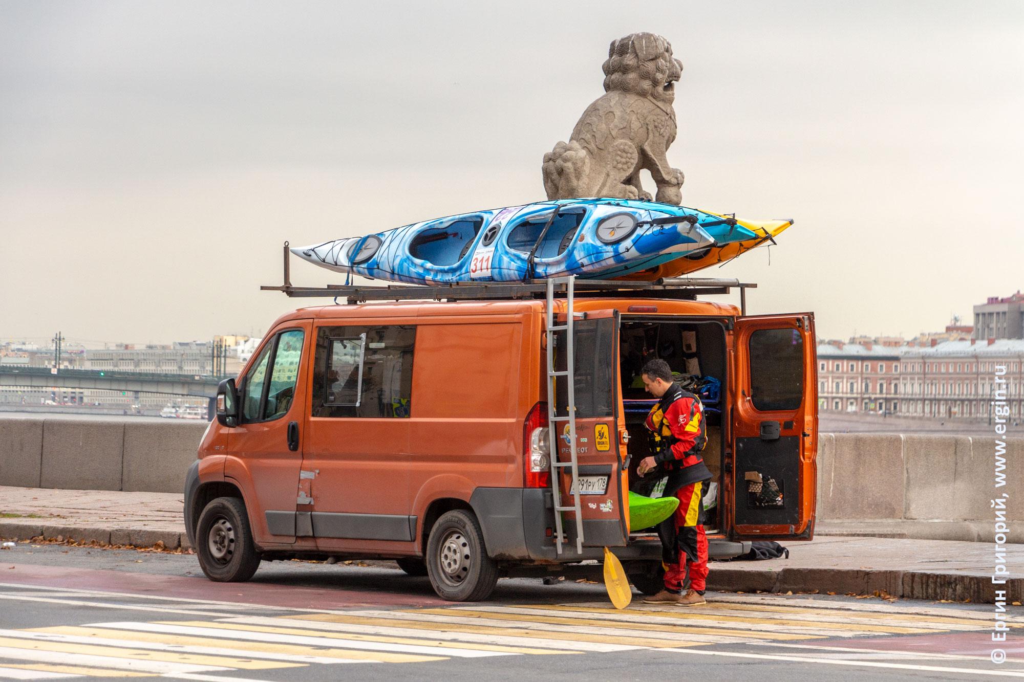 Морские каяки погружены на багажник микроавтобуса возле Ши-цза в Санкт-Петербурге