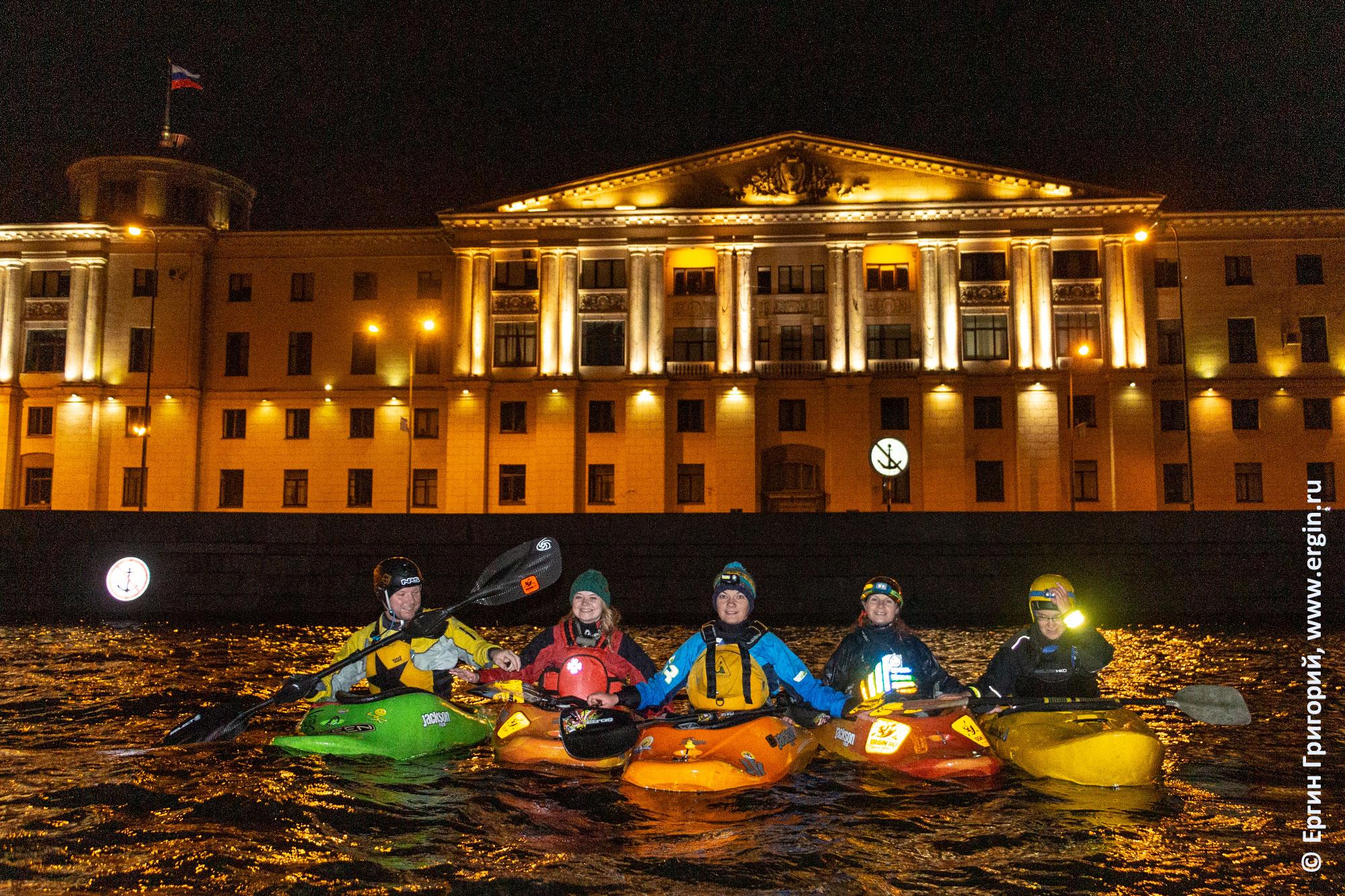 Культурно-досуговый центр концертный зал у Финляндского возкала и каякеры на Неве в Питере