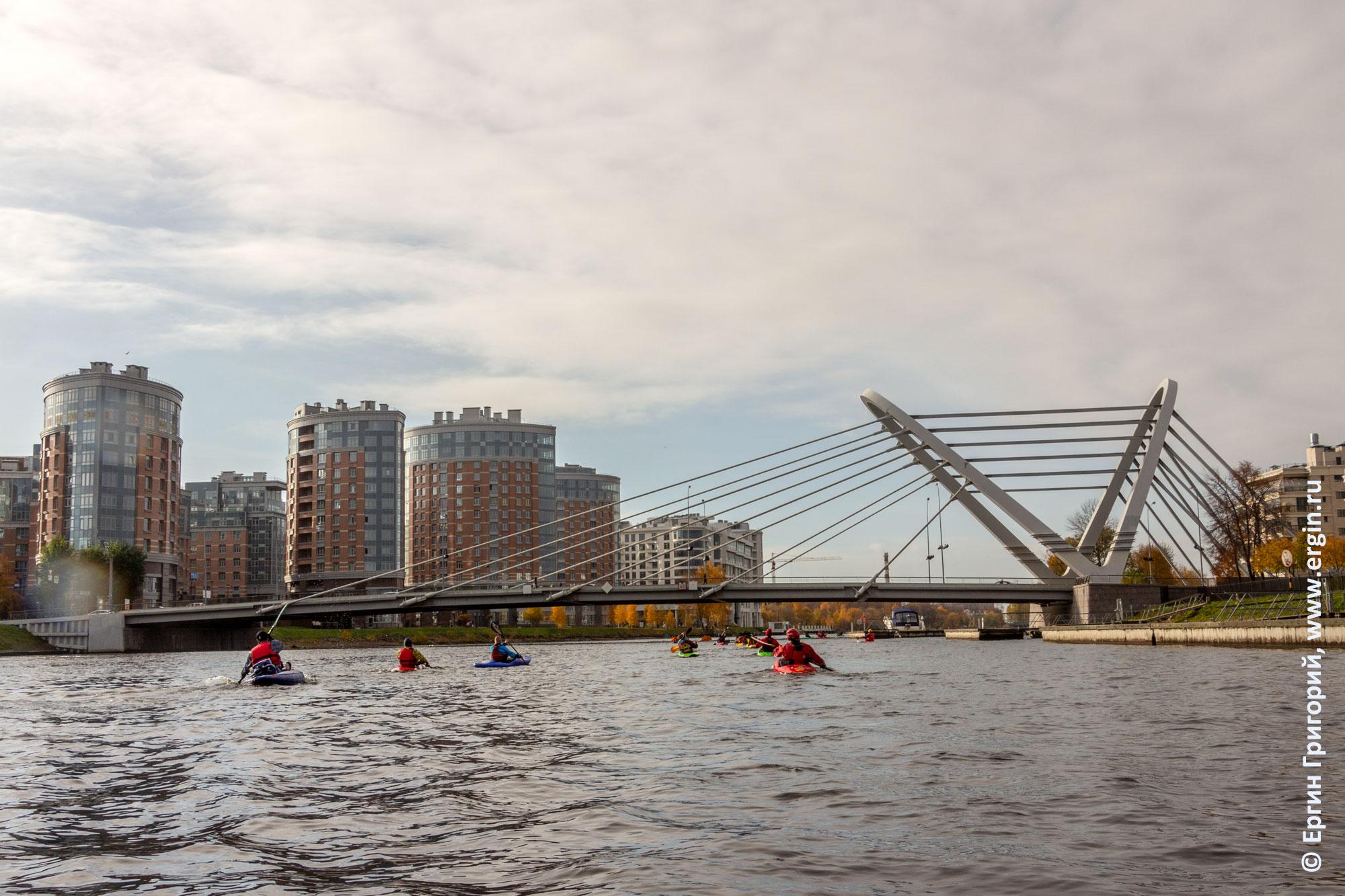 Каяки под Лазаревским мостом в Санкт-Петербурге