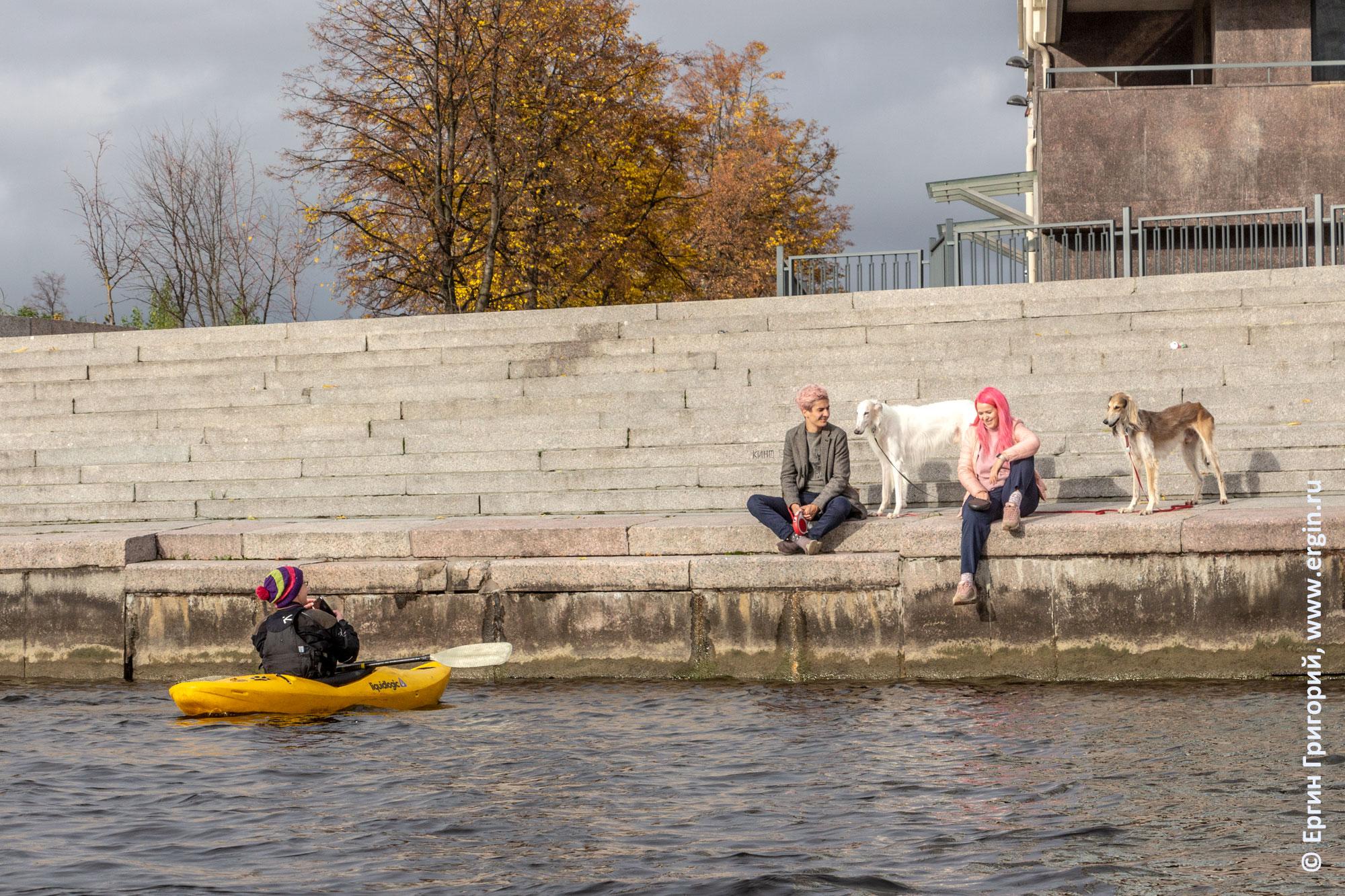 Каякер и местные жители Санкт-Петербурга выгуливающие на набережной Малой Невки собак