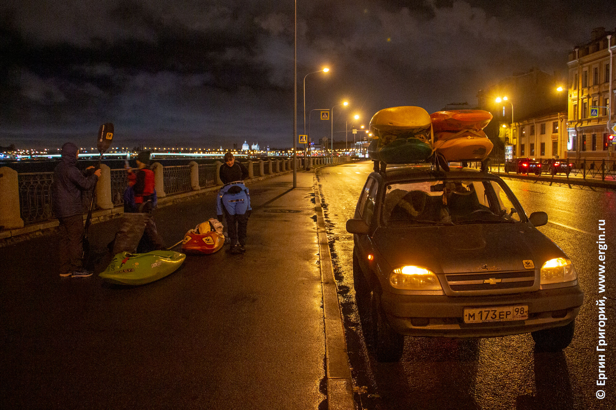 Санкт-Петербург машина с каяками на набережной реки Невы
