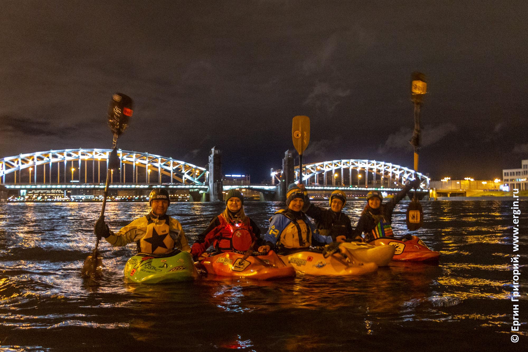 Каяки на фоне Большеохтинского моста в Санкт-Петербурге