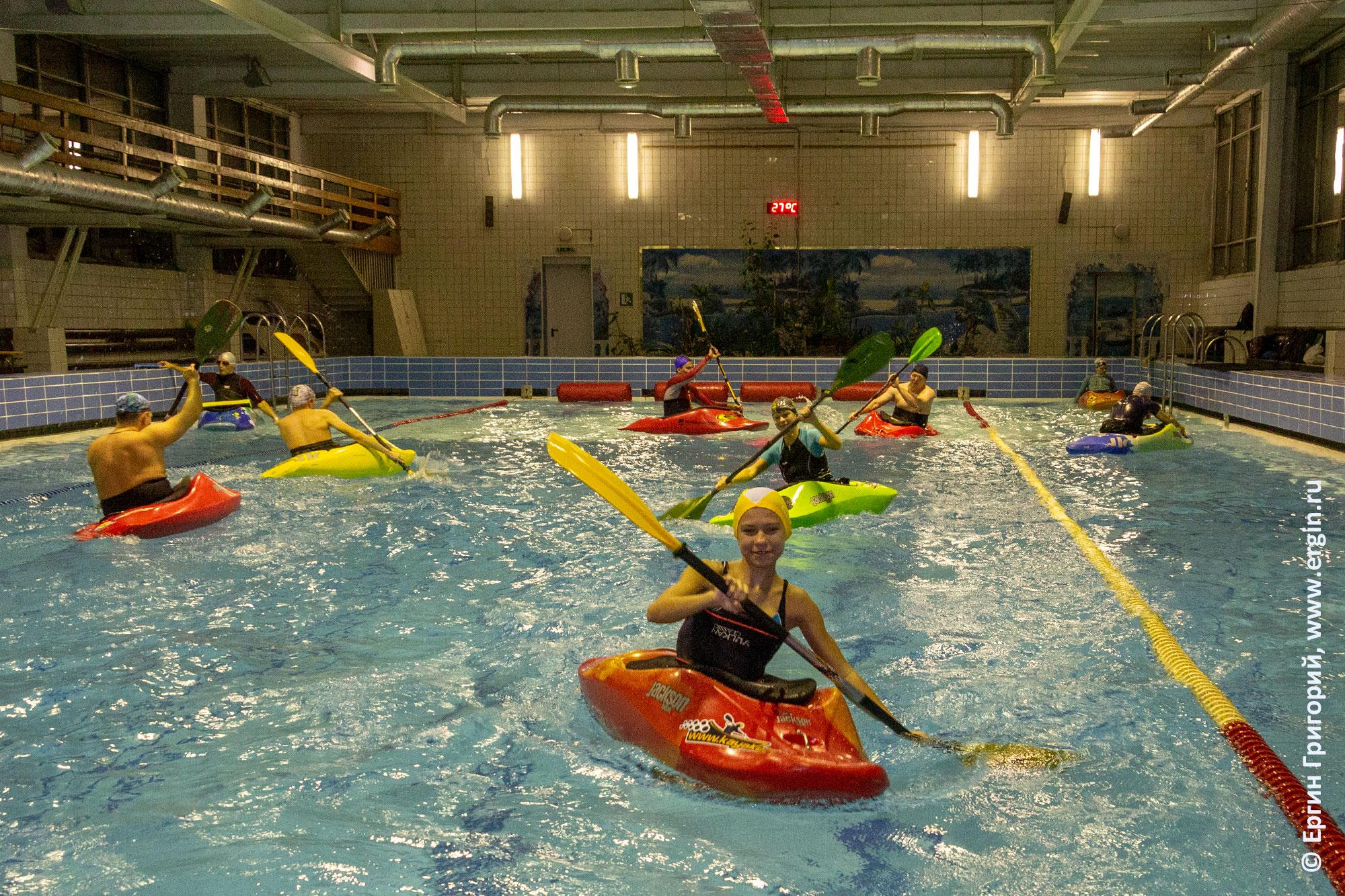 Занятия по гребле на каяках в бассейне