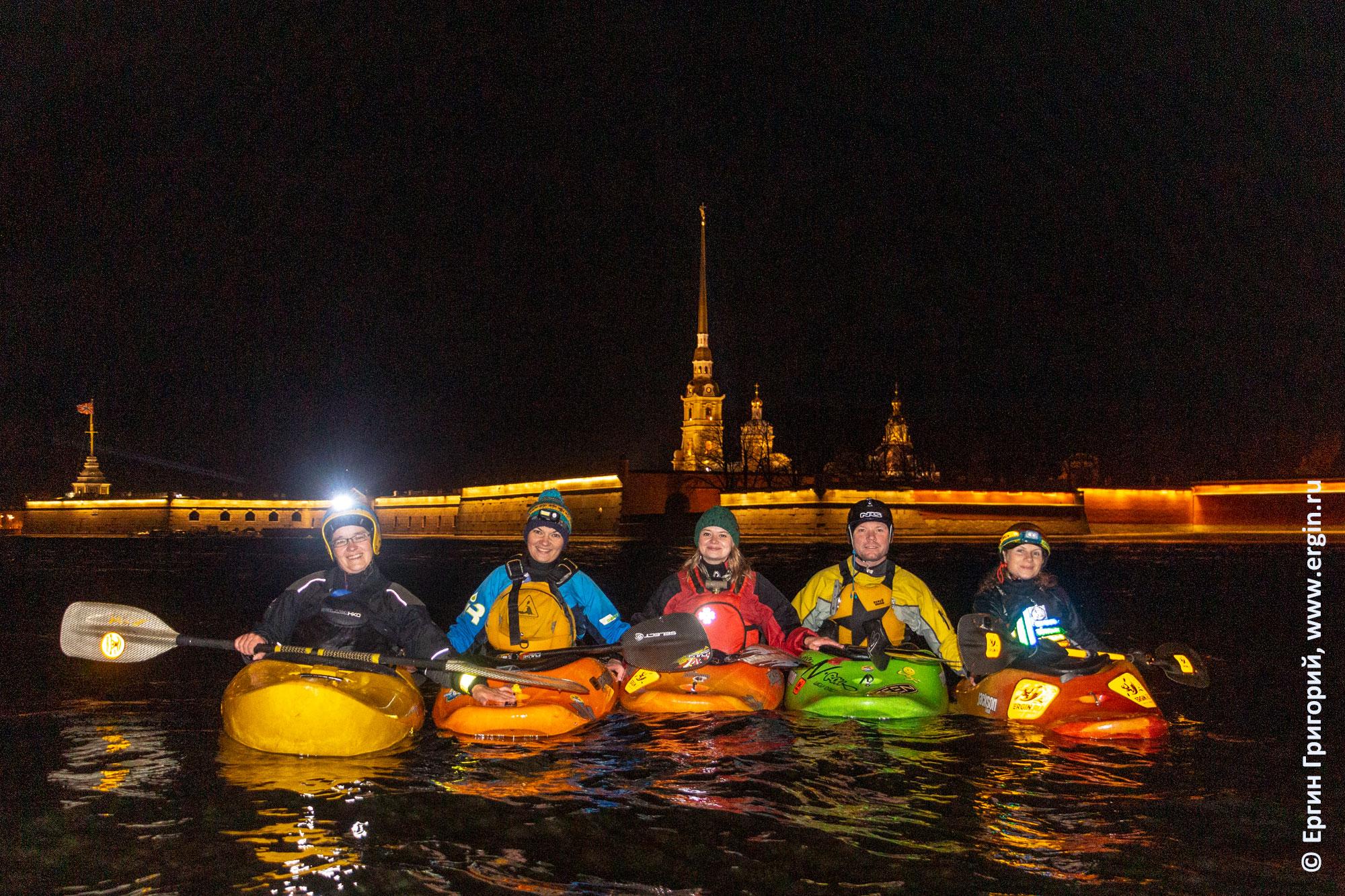 Санкт-Петербург каякеры на фоне Петропавловской крепости на Неве