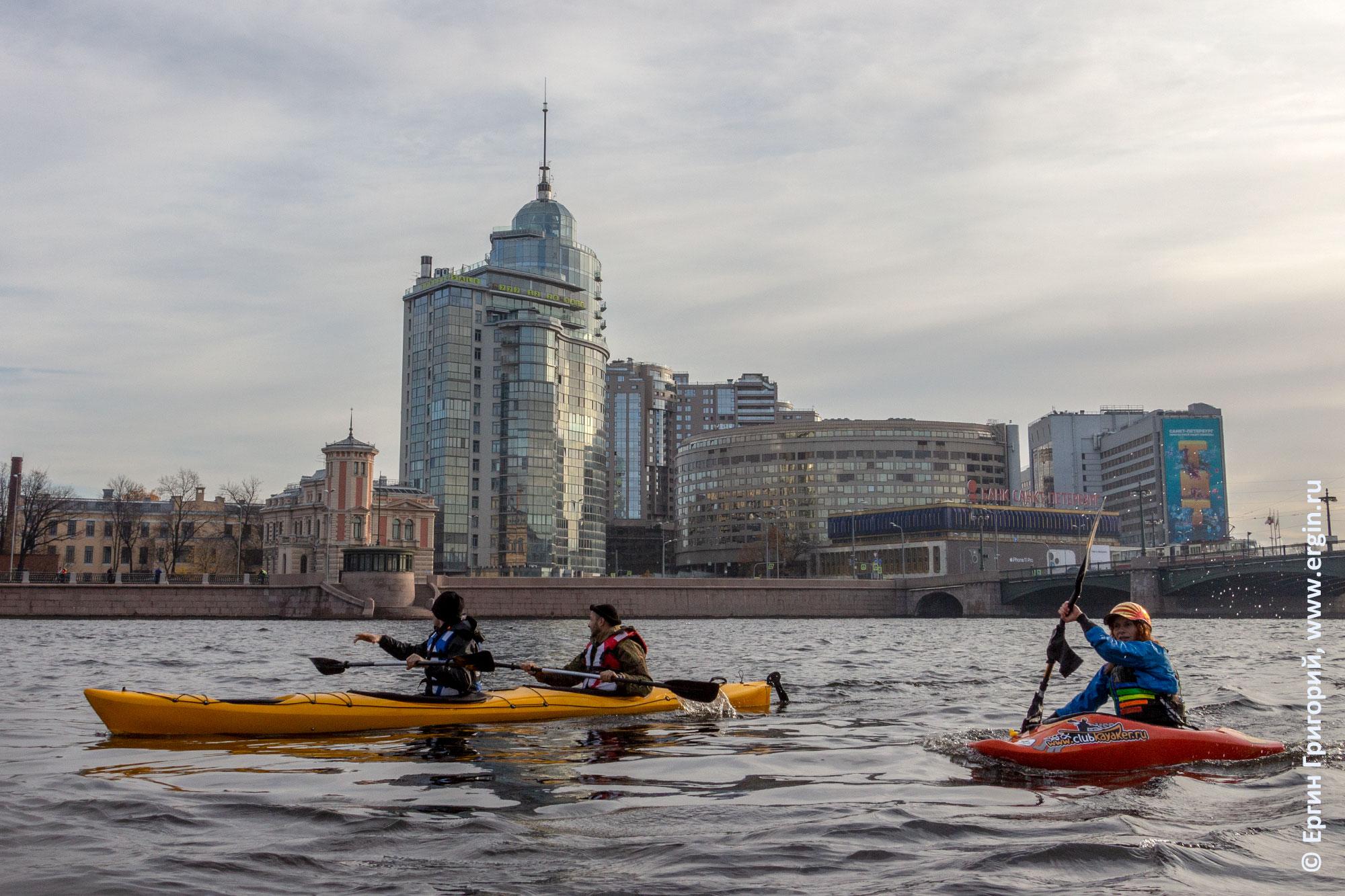 Каякеры проходят мимо Пироговской набережной в Санкт-Петербурге