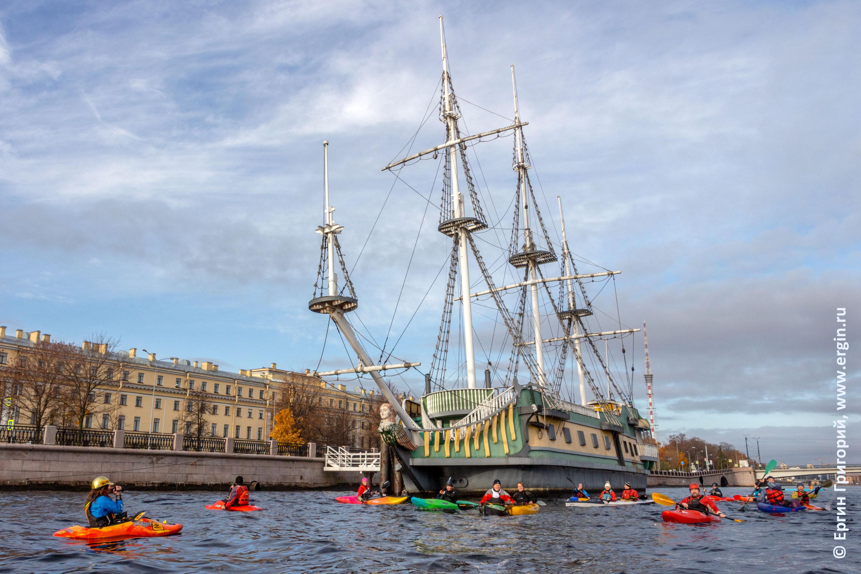 Каяки и плавучий ресторан на Неве в Санкт-Петербурге