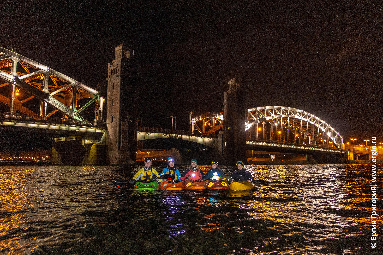 Каяки на Неве возле Большеохтинского моста в Санкт-Петербурге