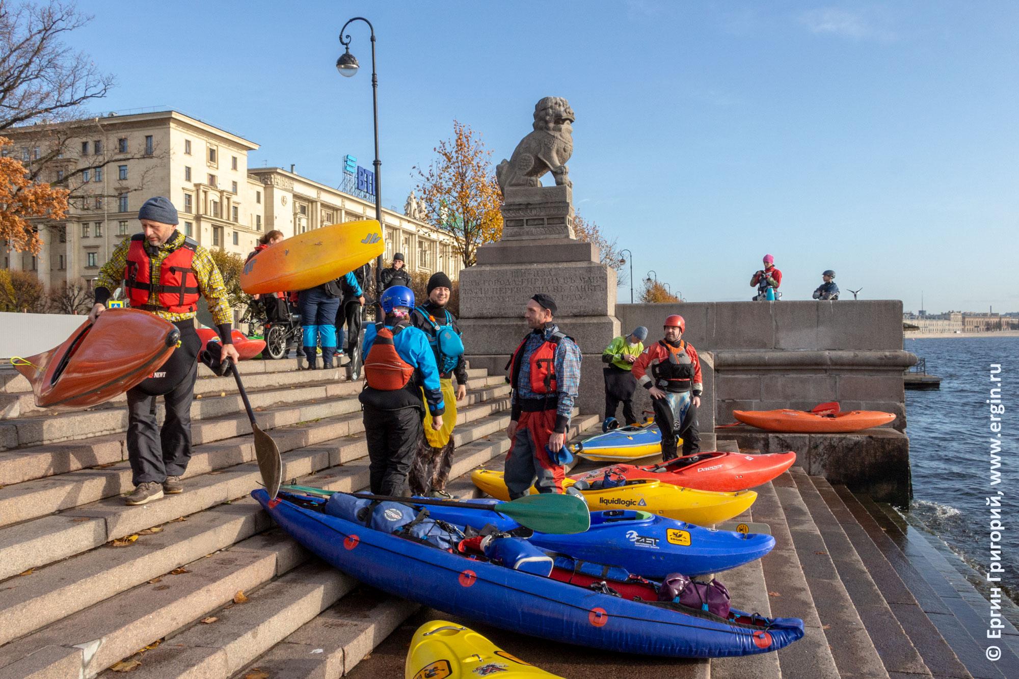 Каяки и байдарки на ступенях набережной Невы в СПб