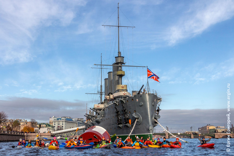 Крейсер Аврора и каякеры в Санкт-Петербурге