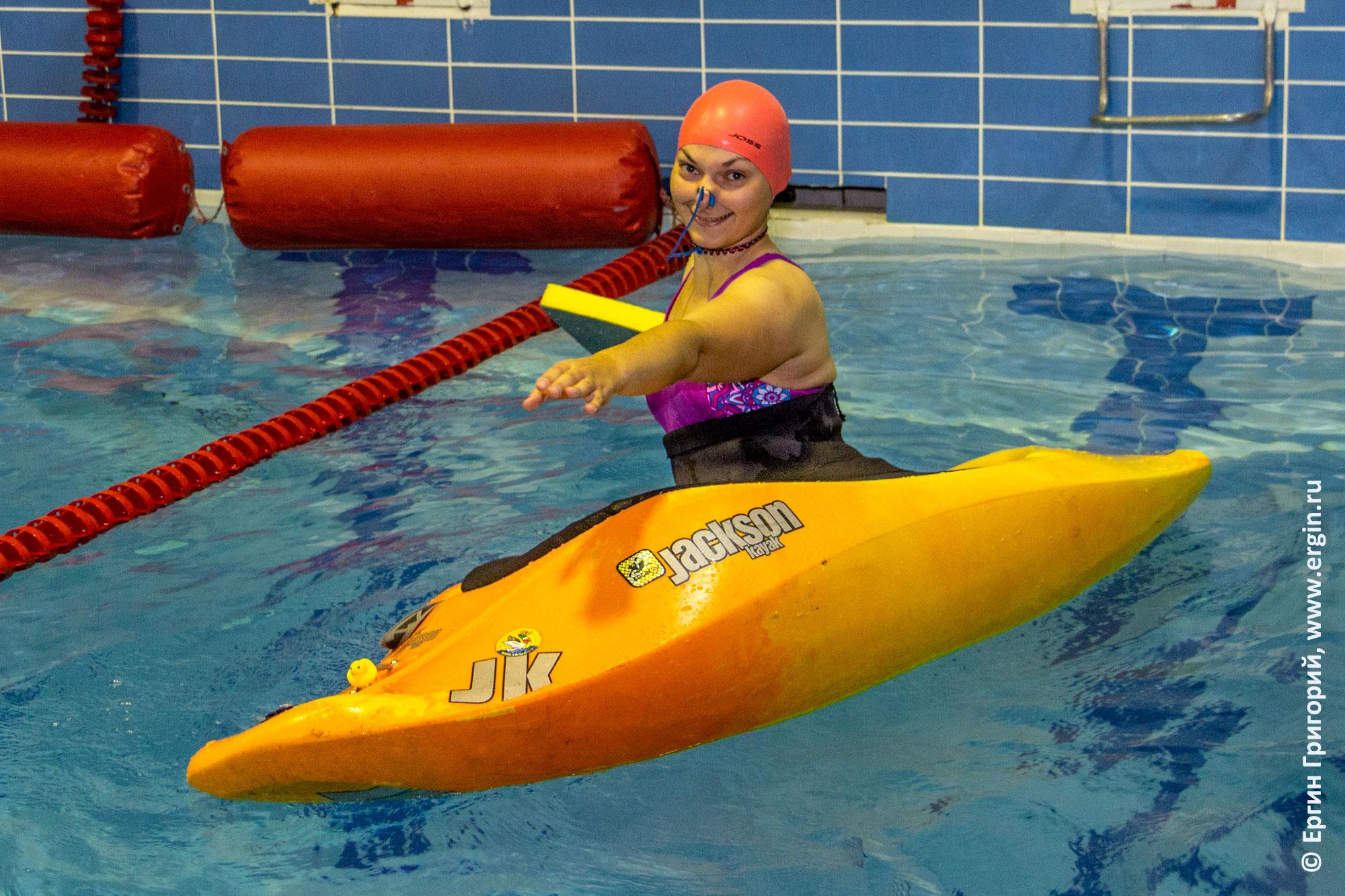 Занятия по эскимосскому перевороту в бассейне