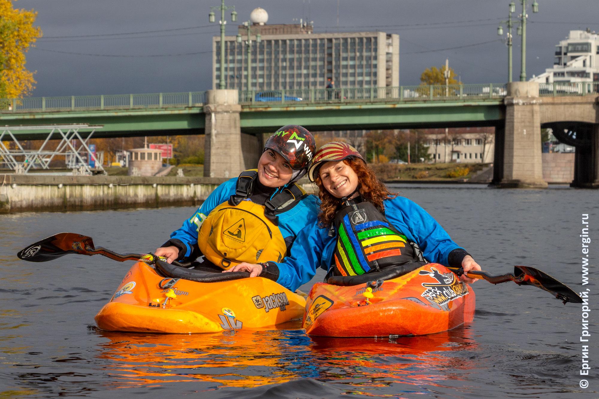 Две девушки с веслами на каяках возле Большого Крестовского моста в Санкт-Петербурге