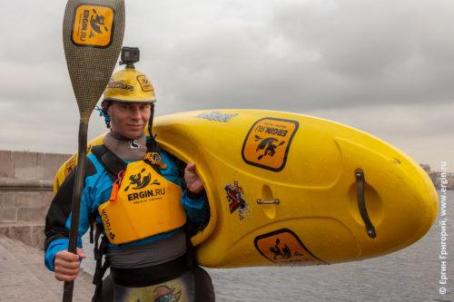 Желтый каякер с каяком и веслом