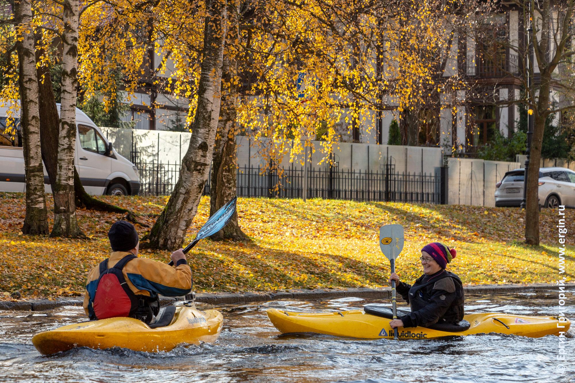 Желтые каяки и желтые листья Санкт-Петербургская осень