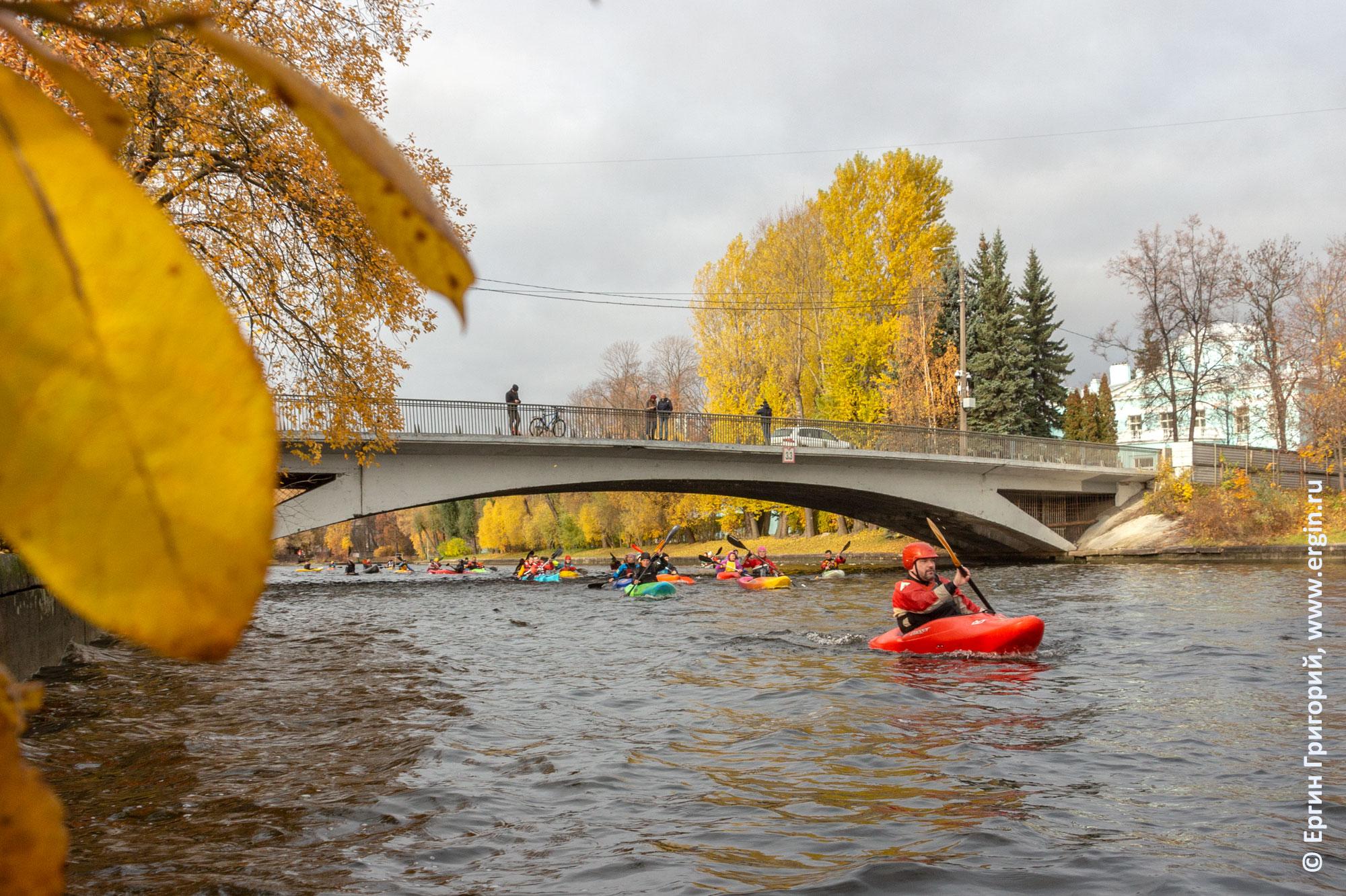 Каякеры под Мало-Крестовским мостом в Санкт-Петербурге