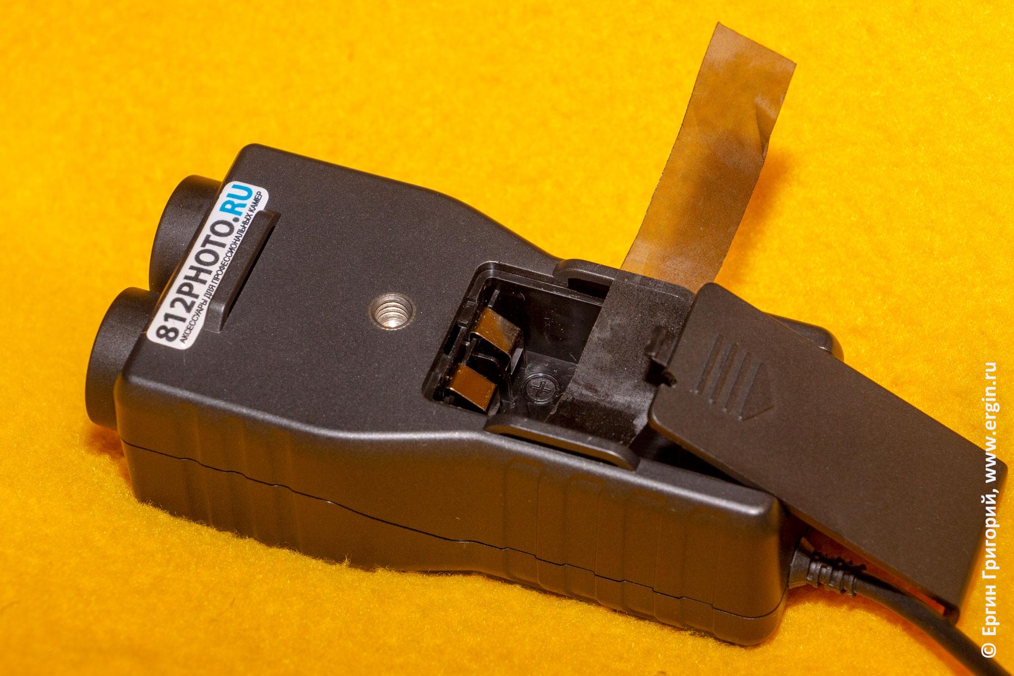 Saramonic-SmartRig+ задняя часть усилителя с батарейным отсеком и резбой под штативный винт
