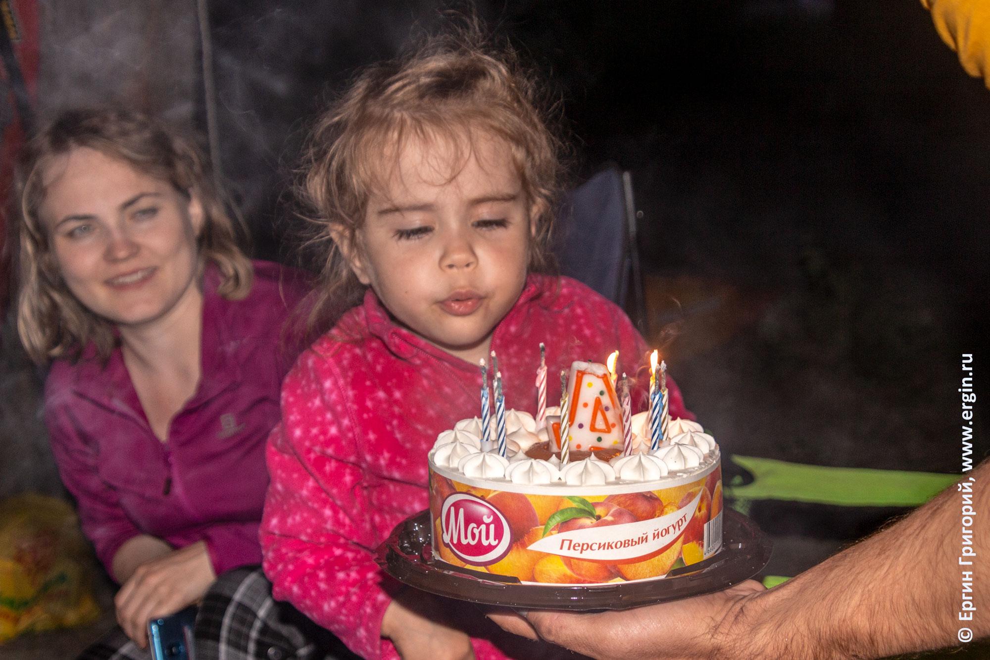 Торт со свечами День рождения маленькой девочки в каяк-туре