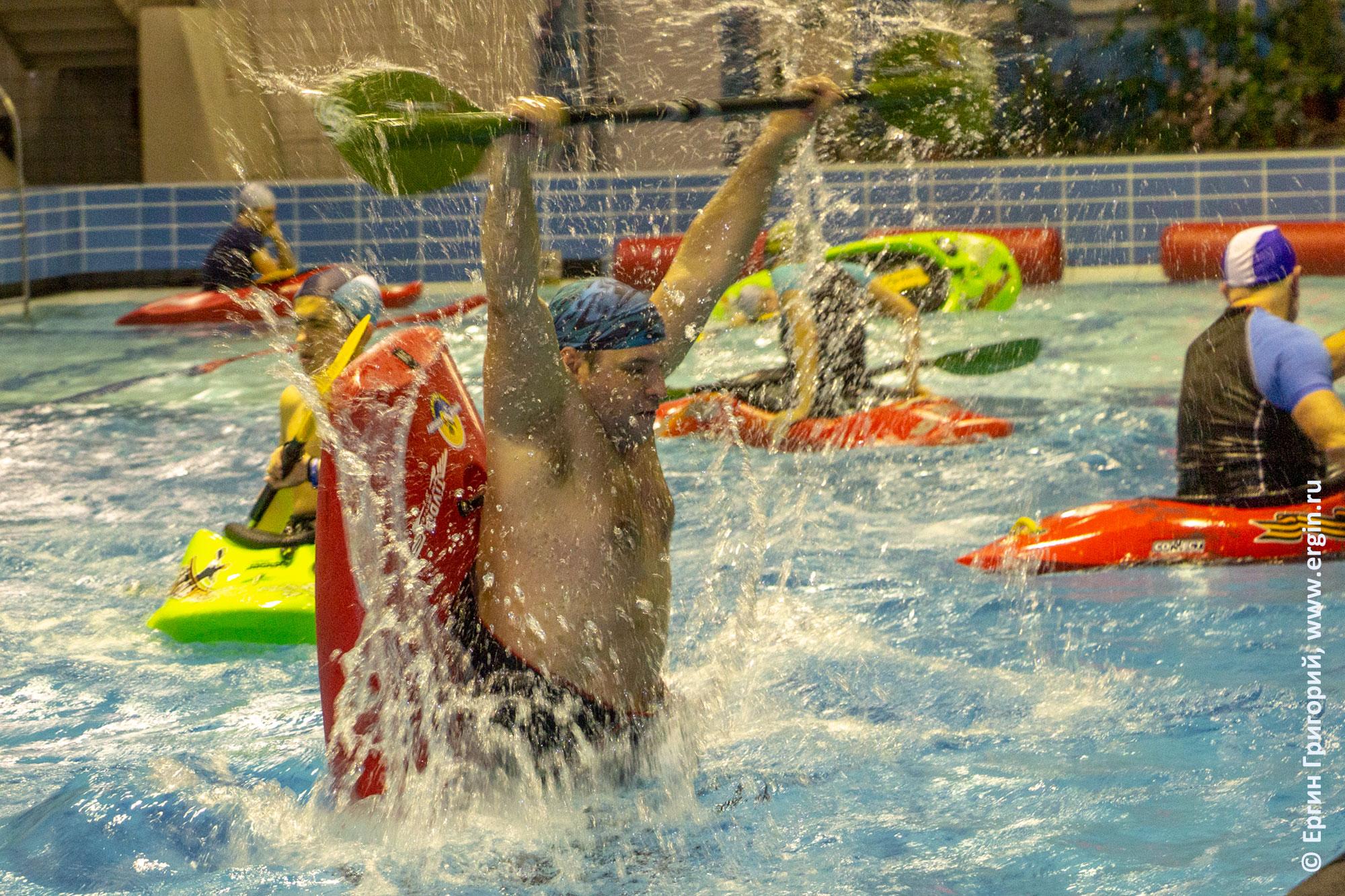 Фристайл-каякинг в бассейне: луп, сальто на каяке