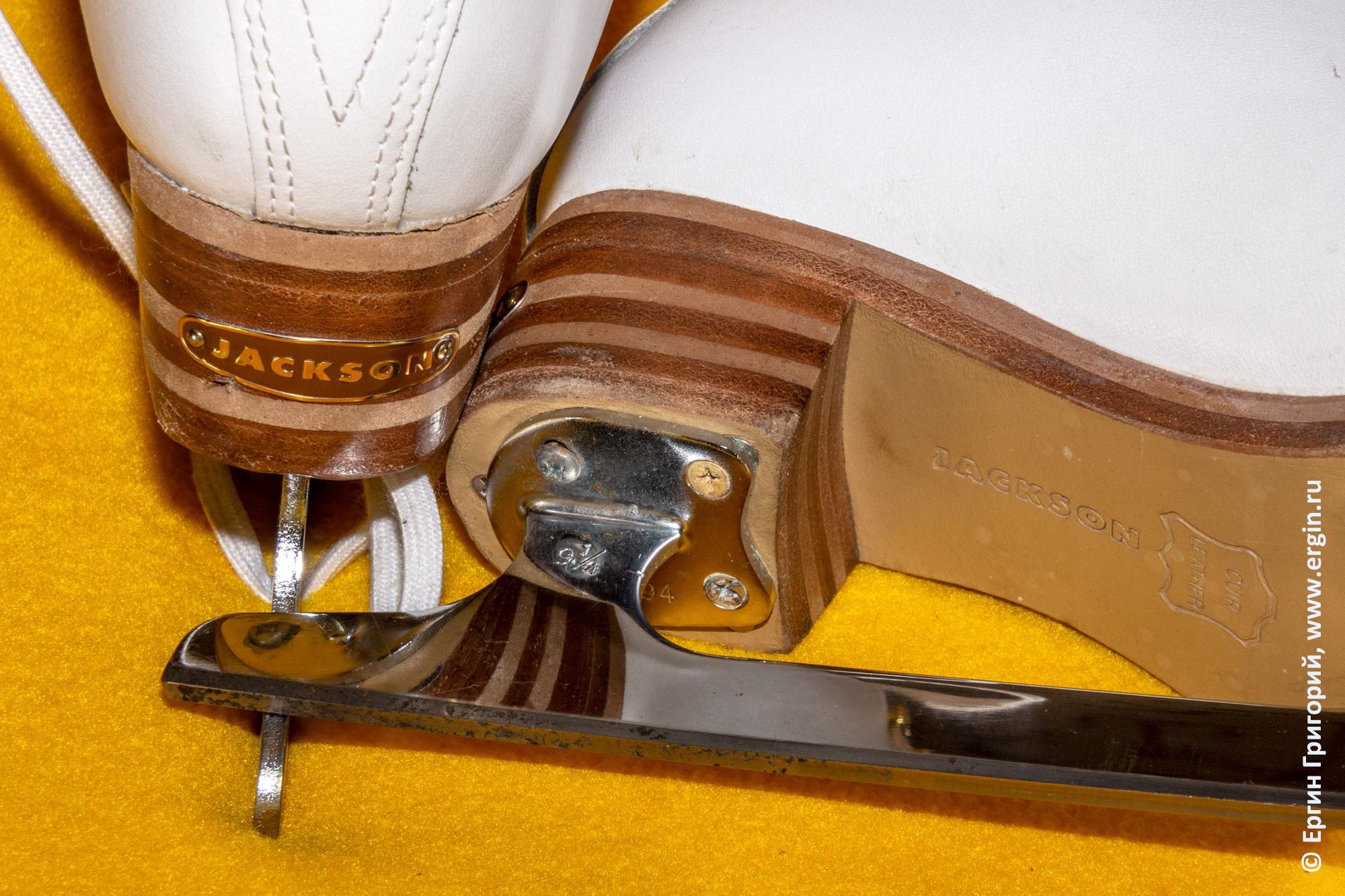 Коньки Jackson: лезвия и каблуки с надписями