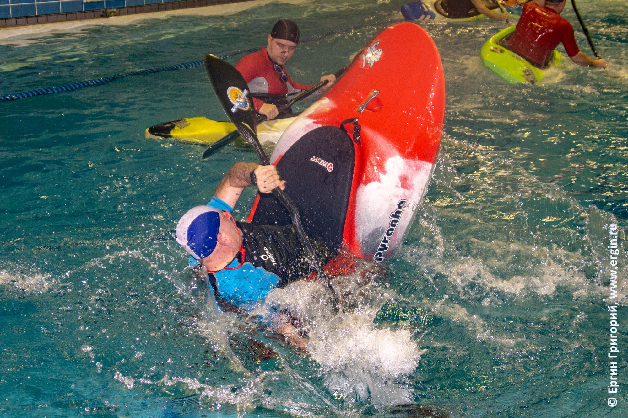 Кормовая свечка на каяке, обучение фристайл-каякингу в бассейне