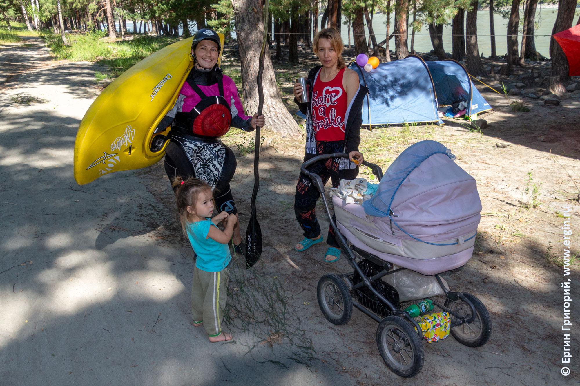 Семья каякеров с коляской и детьми на Алтае